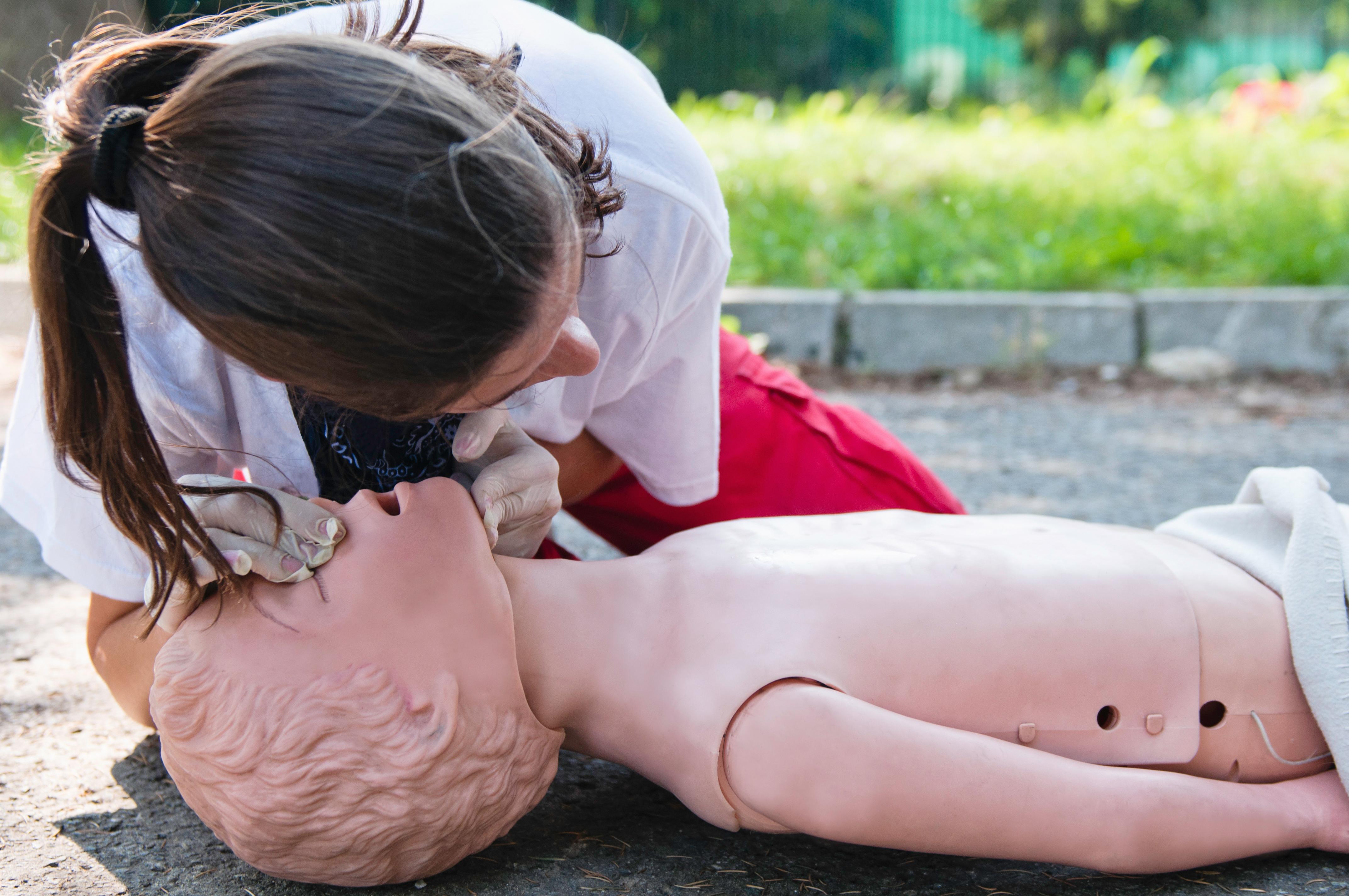 Man behöver inte vara sjukvårdsutbildad för att lära dig hjärt- lungräddning, det räcker att gå en kort kurs för att lära sig hur man ska göra.