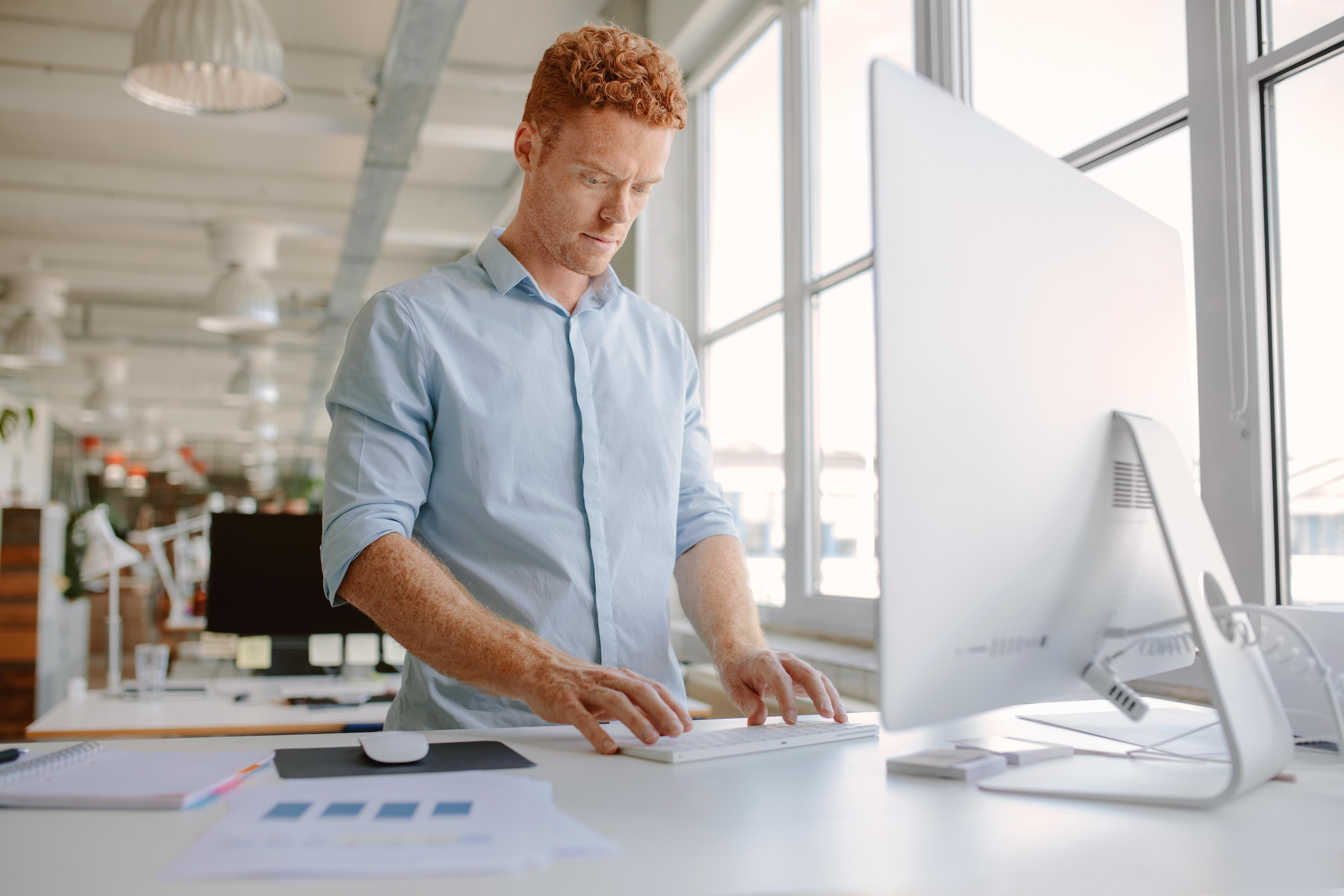 För dig som står mycket och långa perioder på jobbet rekommenderar forskarna att du regelbundet tar regelbundna pauser och stretchar.