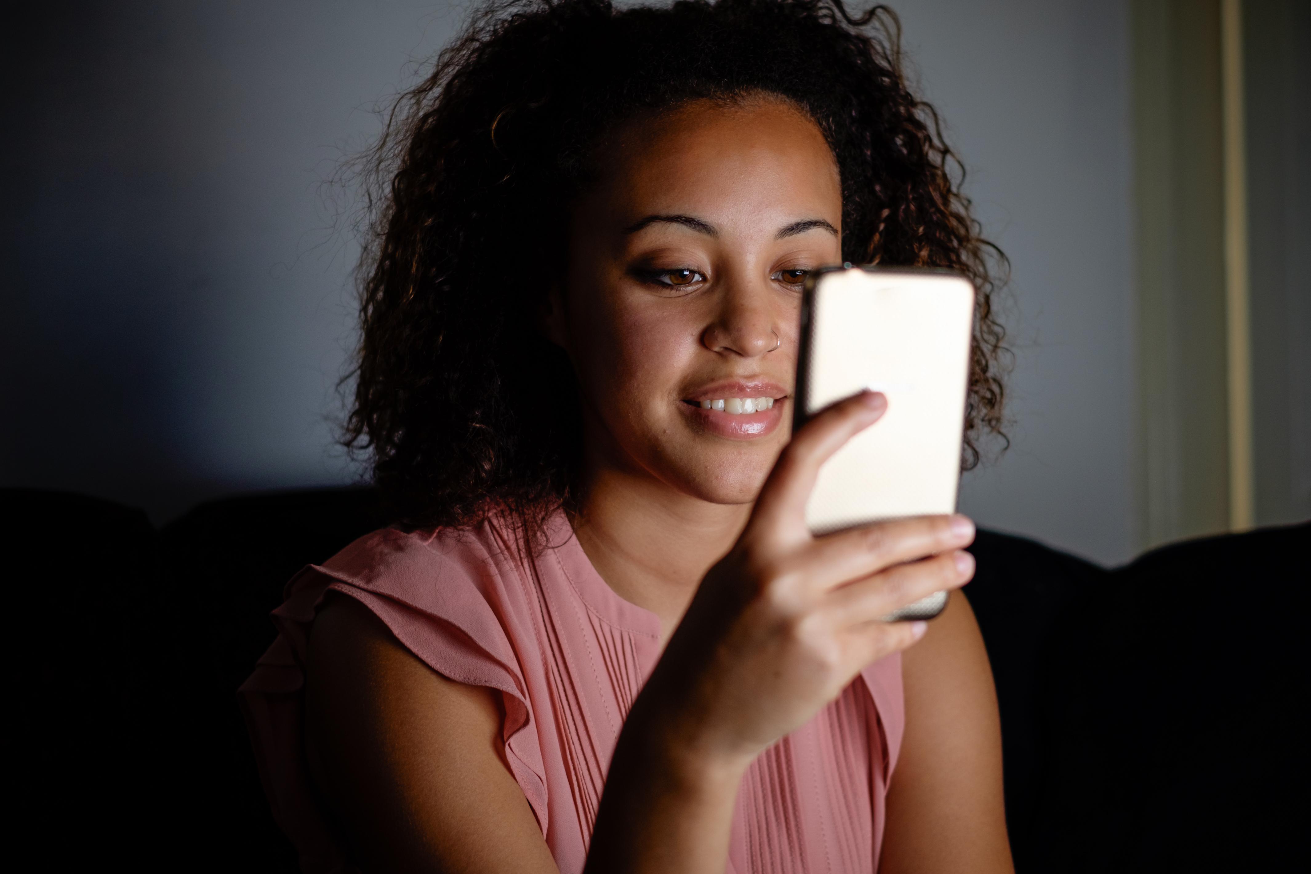 För att kunna besöka den virtuella ungdomsmottagningen behöver patienten ladda ner en gratis-app till mobilen.