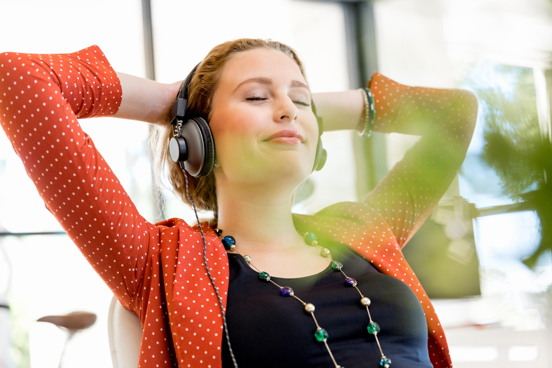 Regelbunden musiklyssning, eller en musikstund, på jobbet kan hjälpa dig orka igenom arbetsdagen bättre genom att minska stress och öka välbefinnandet.