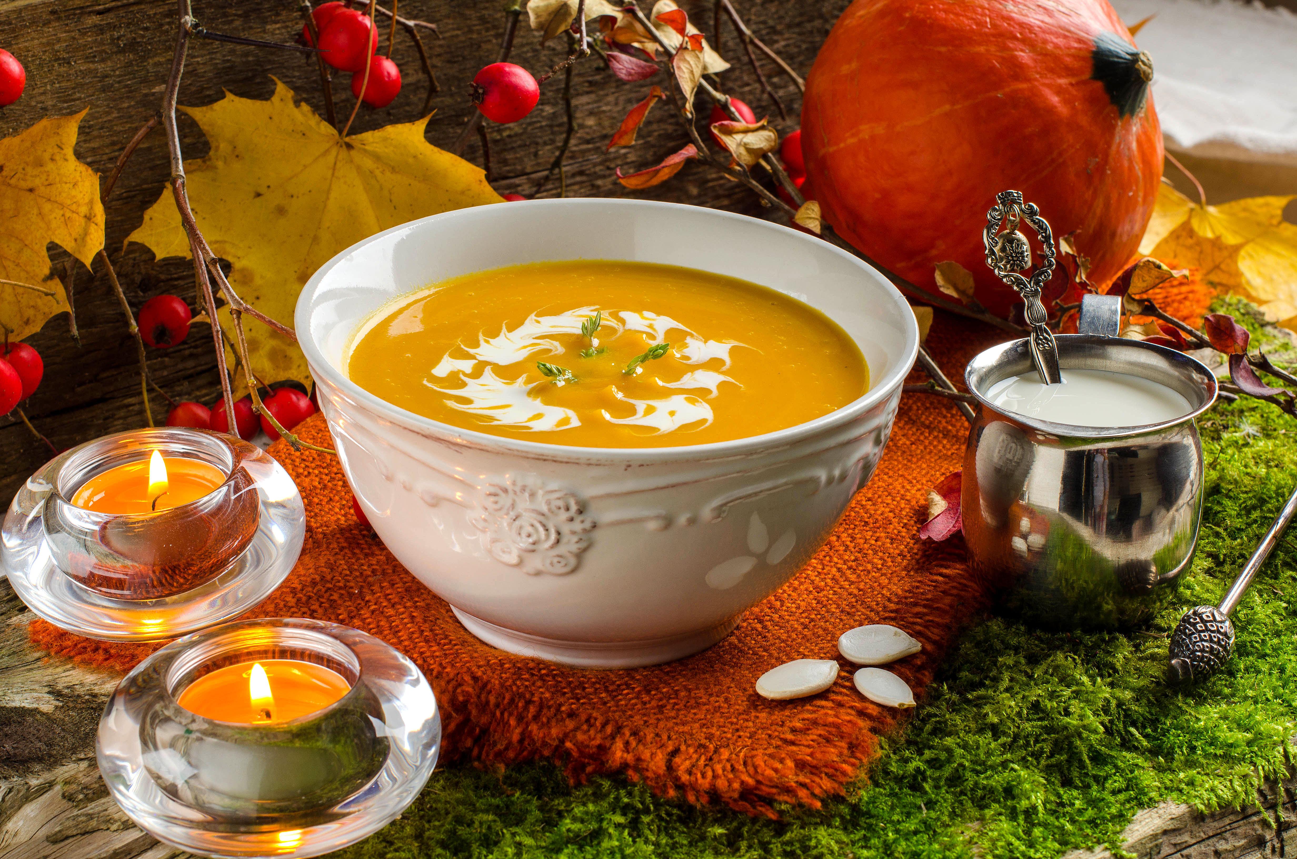 Servera gärna soppan med en klick crème fraiche och färsk koriander.