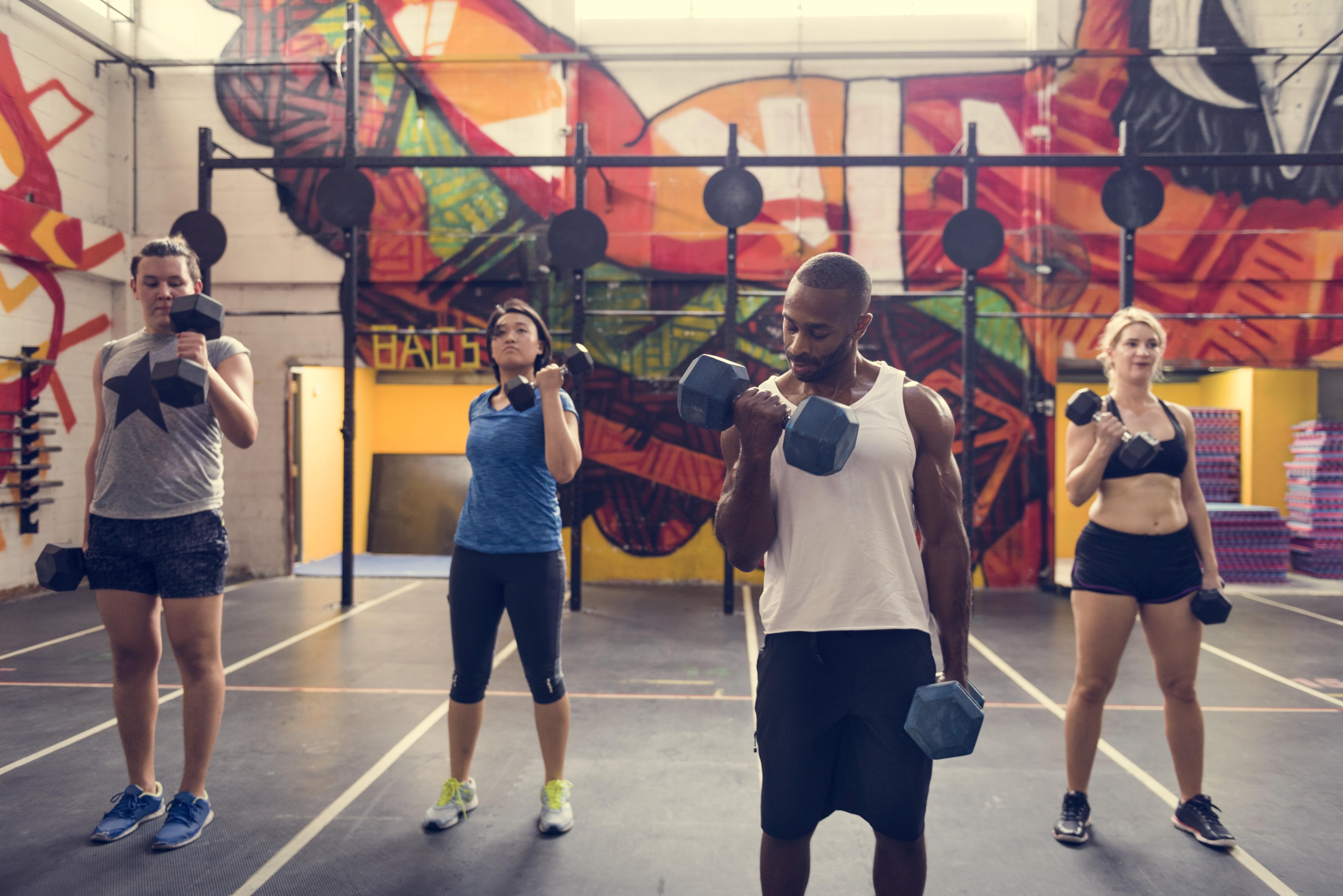 Fysisk aktivitet är bra för folkhälsan, idrott och träning ska därför fortsätta, anser Folkhälsomyndigheten.