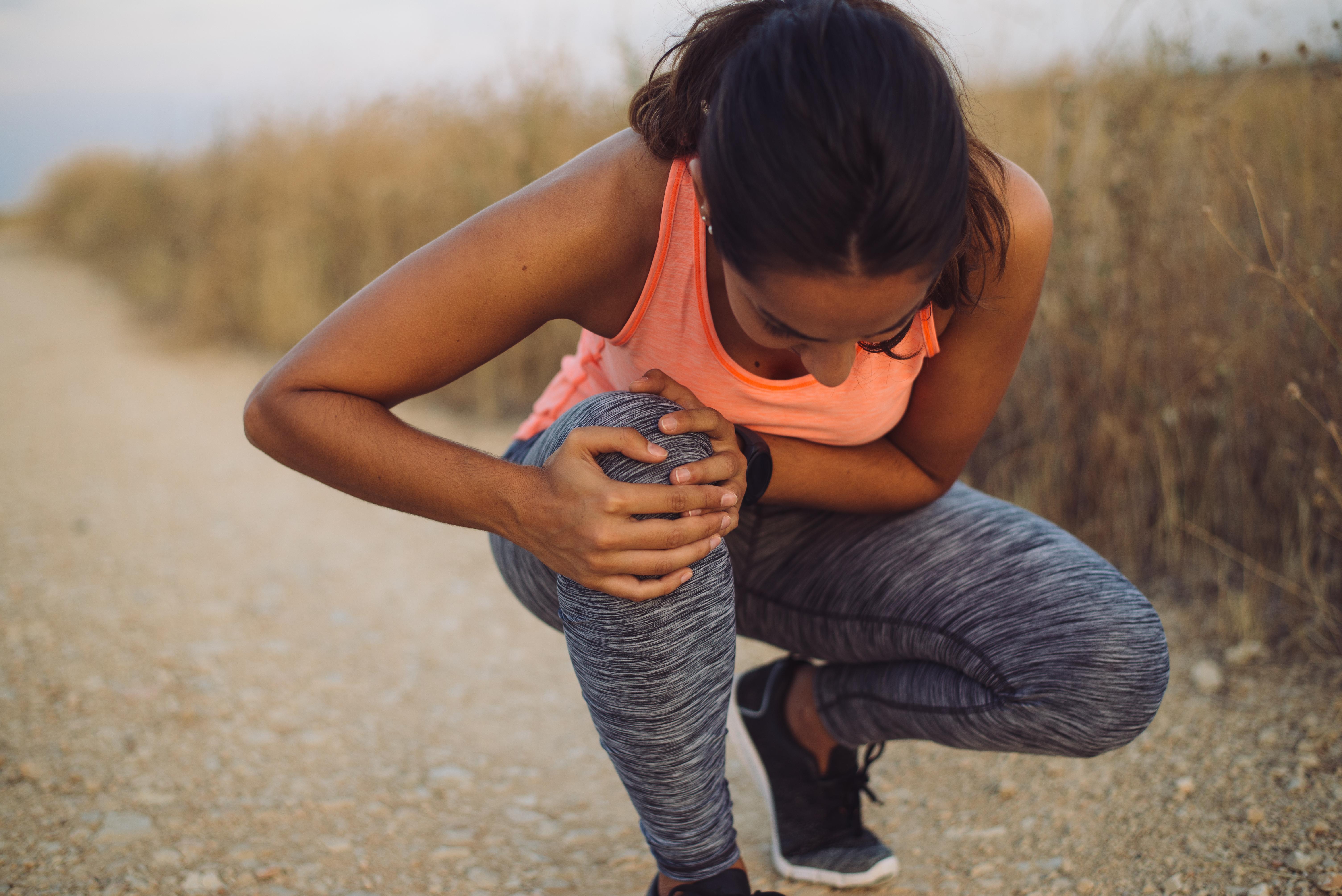 En av de allra vanligaste orsakerna till ont i knäna är idrottsskador. Två vanliga sådana är löparknä och hopparknä.