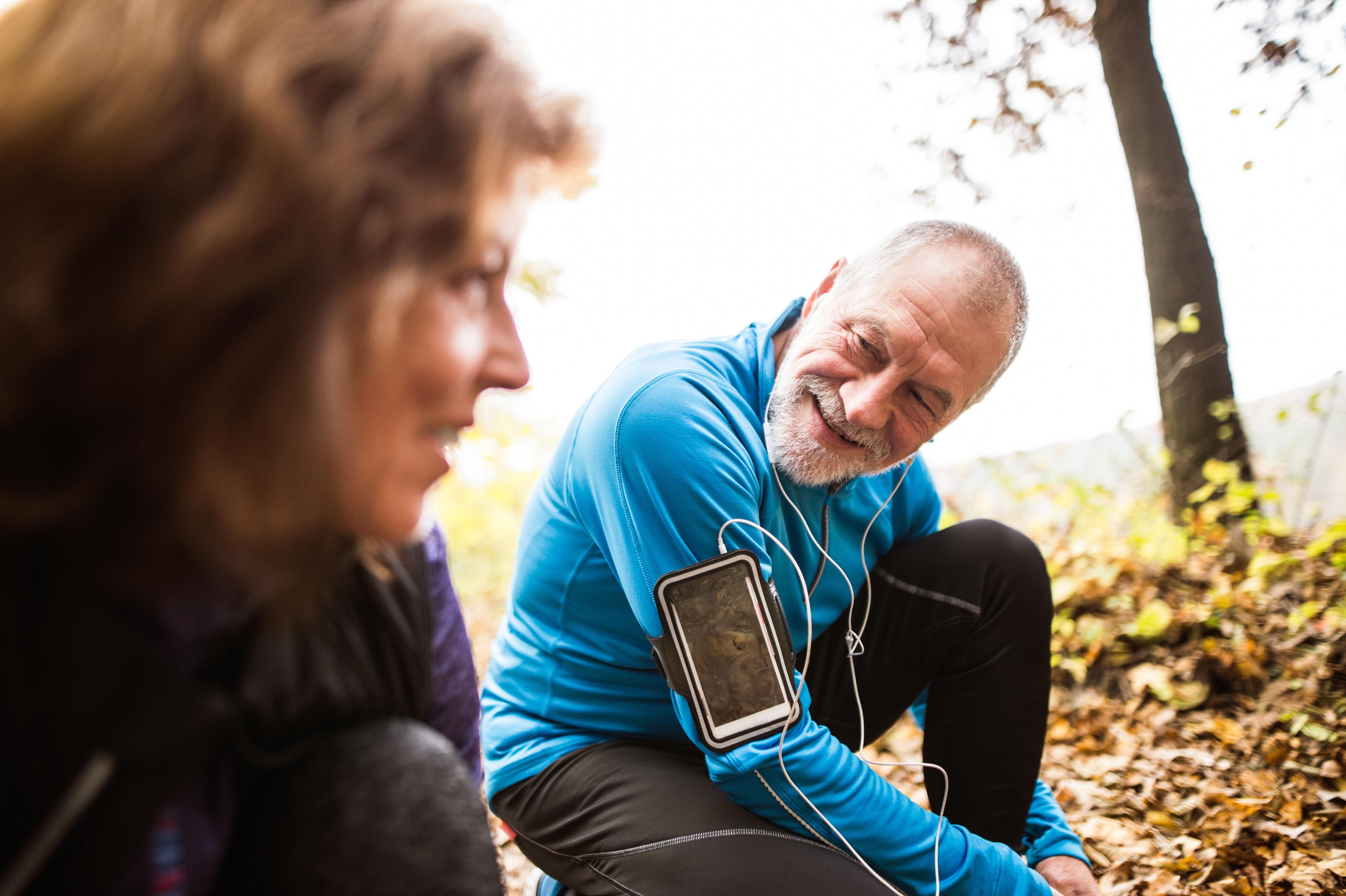 Fysisk aktivitet minskar risken för stroke eftersom det sänker blodtrycket.
