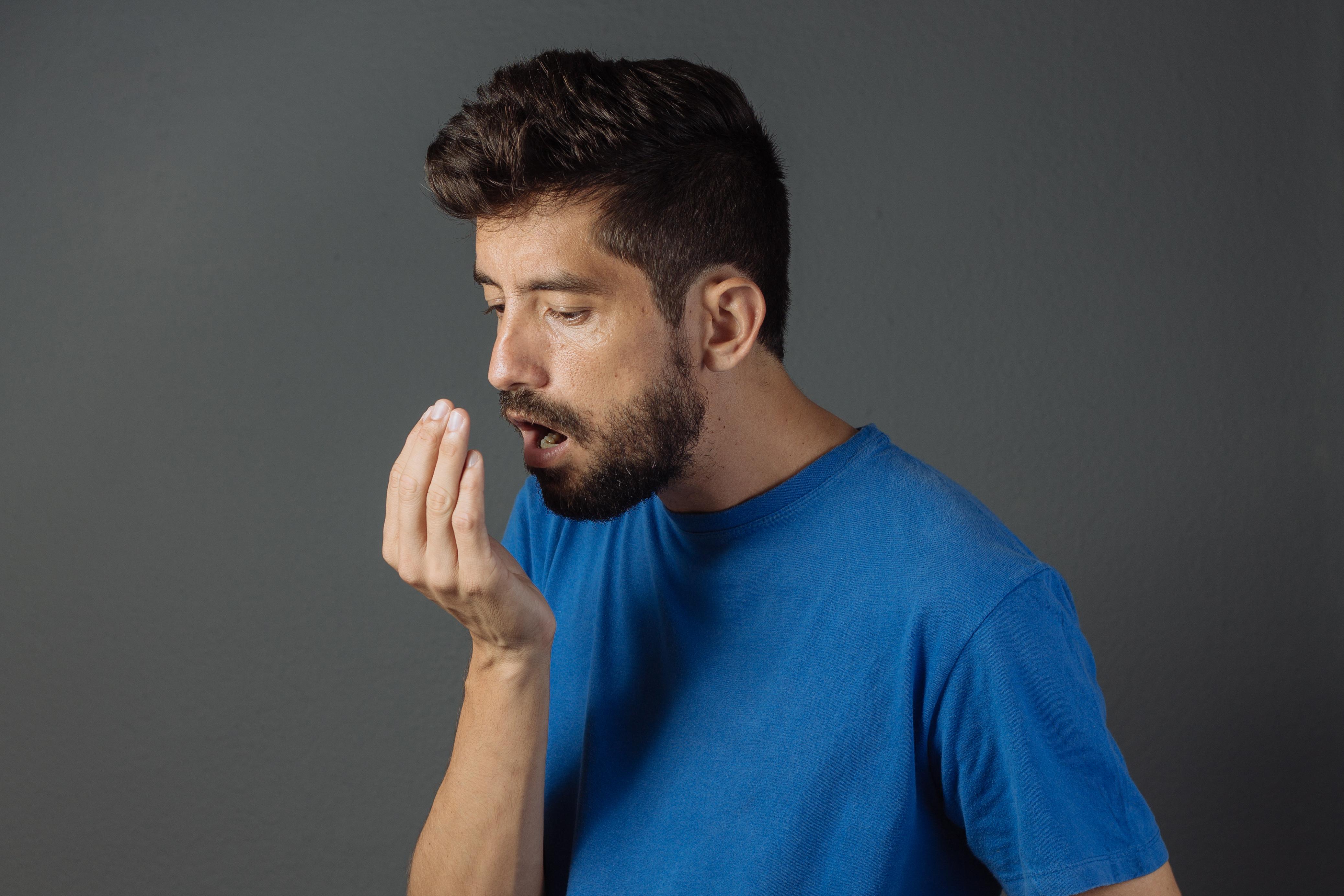 En mycket vanlig orsak till dålig andedräkt är så kallad pulmonell utvädring. De vanligaste tecknen till dessa är vitlökdoft, liksom alkohol och tobakslukt.