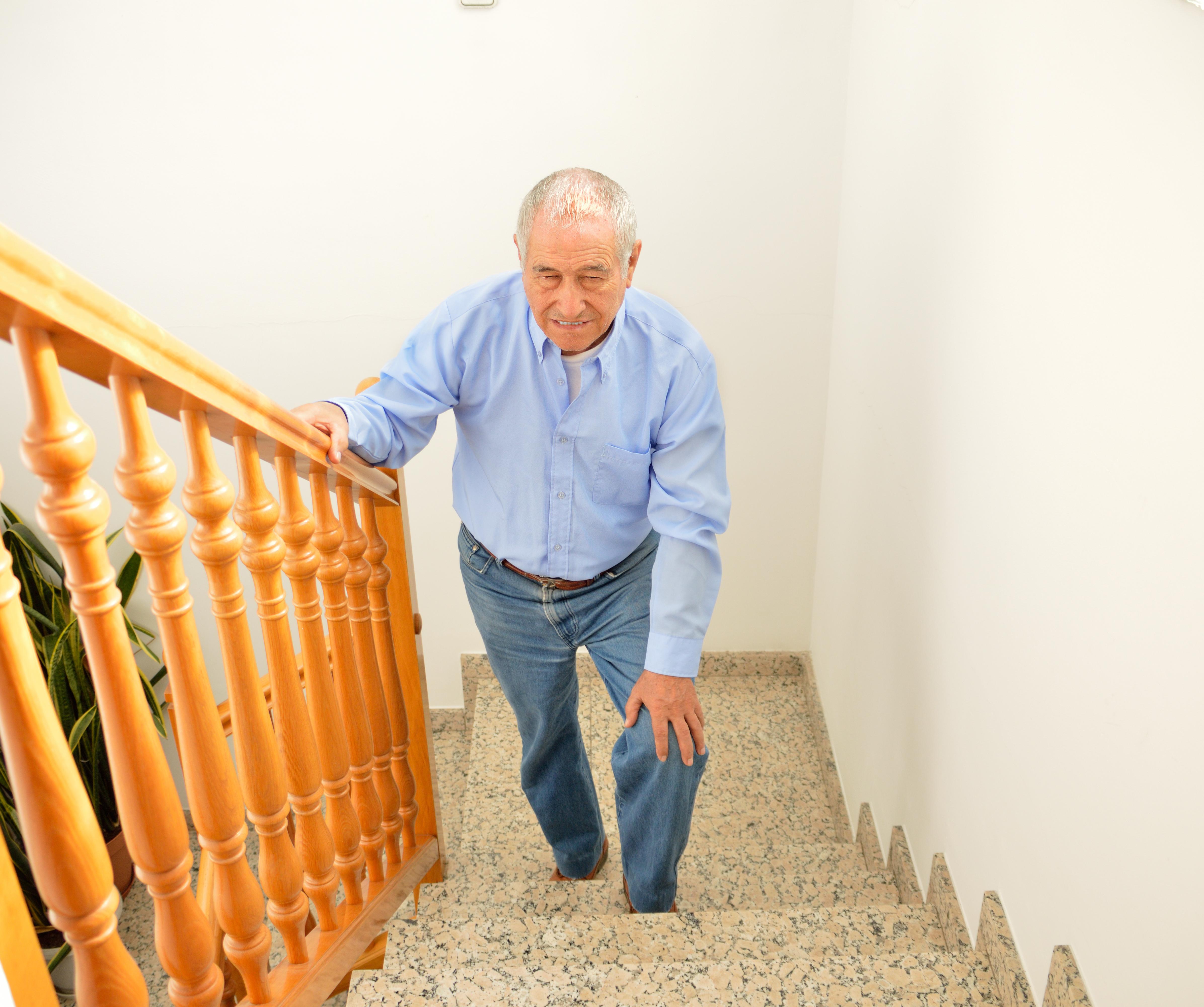 Knäsmärta kan även förekomma när du ägnar dig åt någon form av vardagsaktivitet, som att gå i trappor.