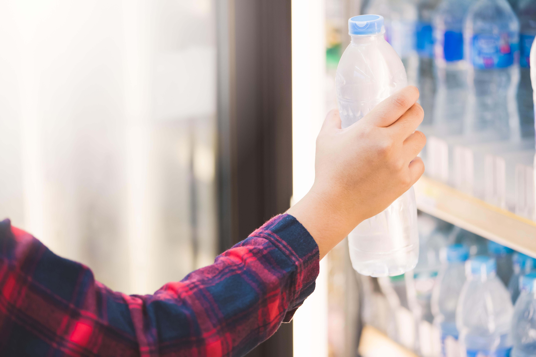 Du kan undvika diarré på resan genom att till exempel köpa vatten på flaska.