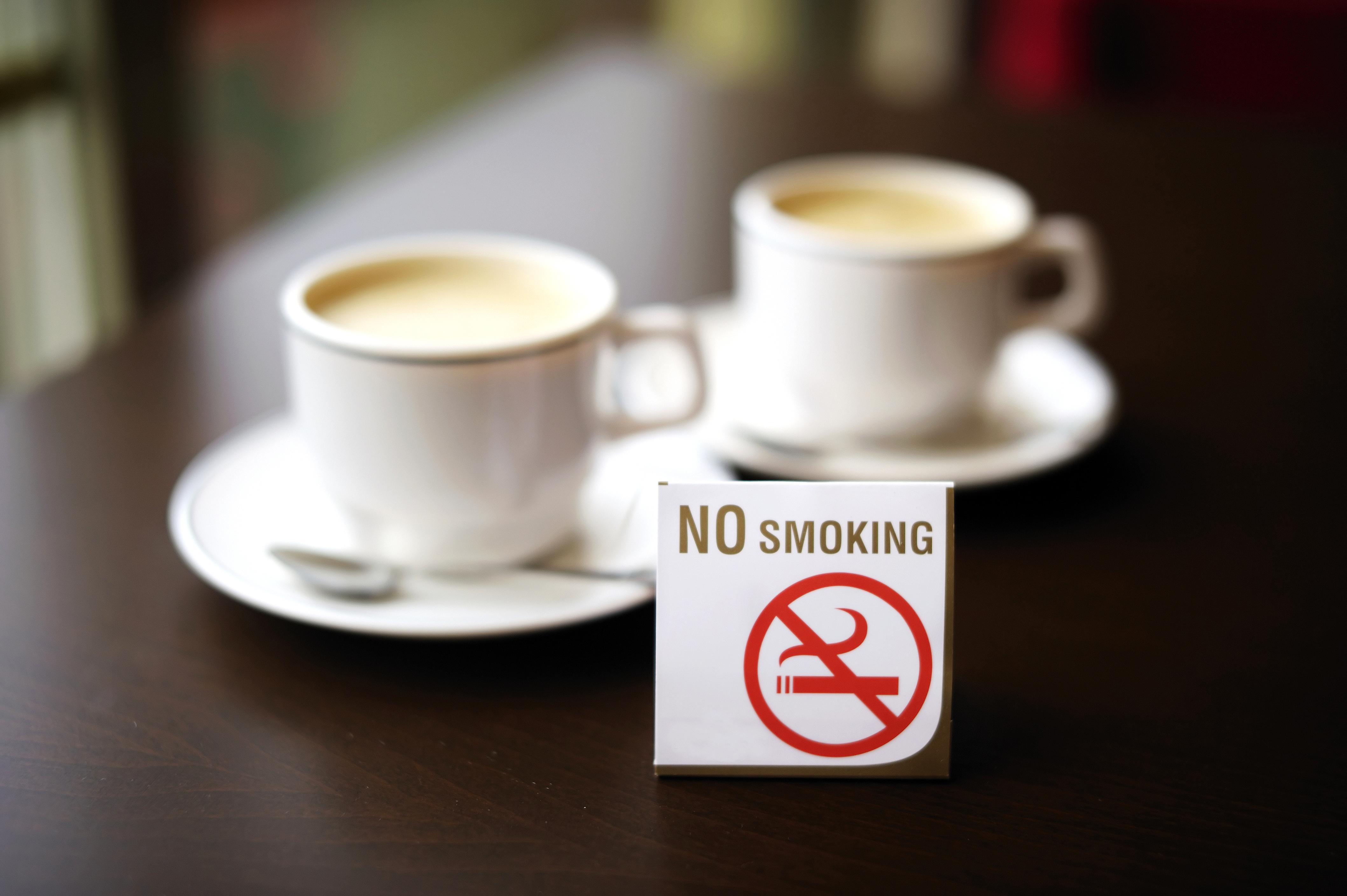 Serveringspersonalen själva fortfarande röker avsevärt mycket mer än andra.