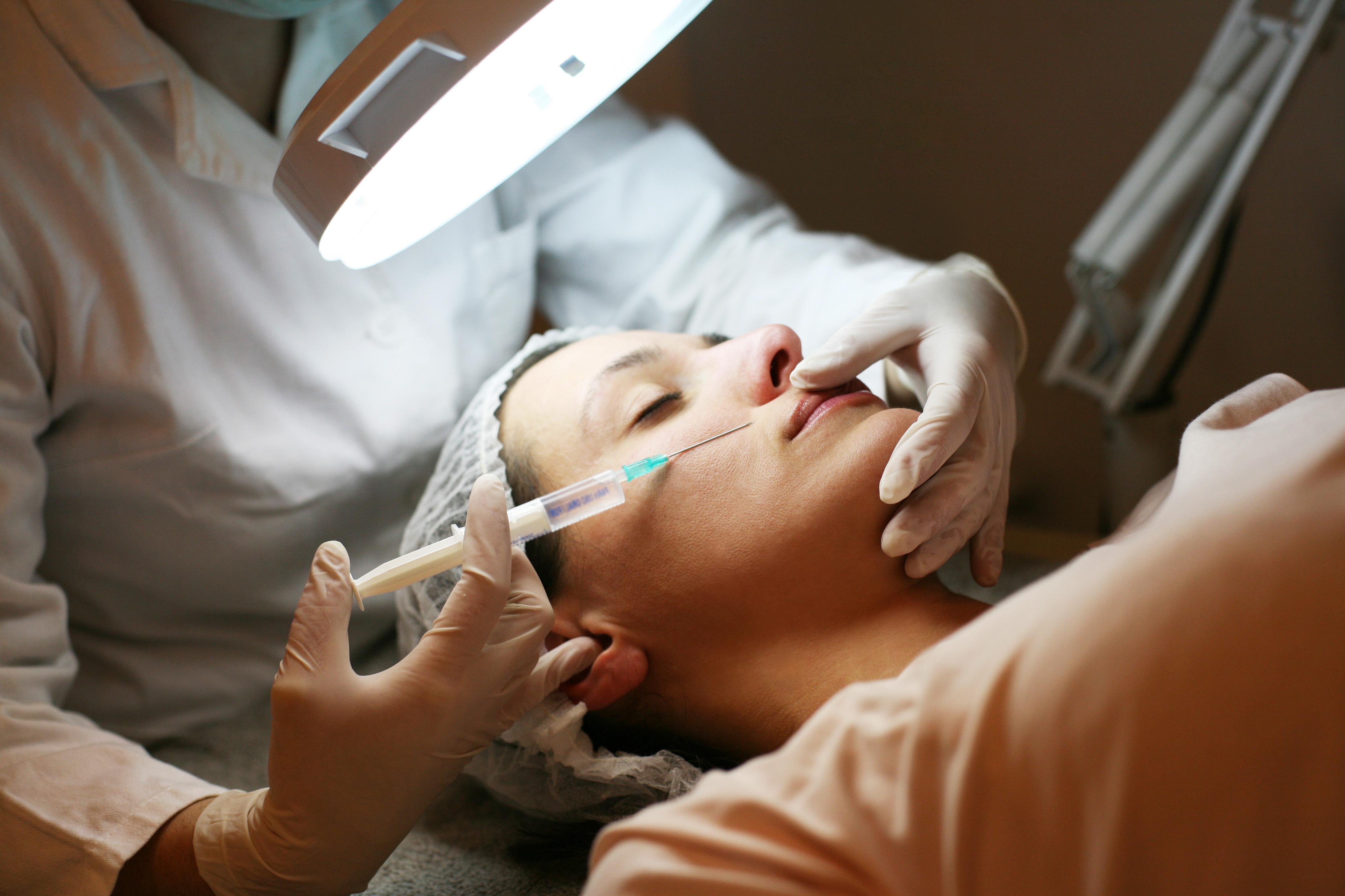Gemensamt för de injektioner som kräver medicinsk kompetens är att de minst går igenom hudens alla lager.