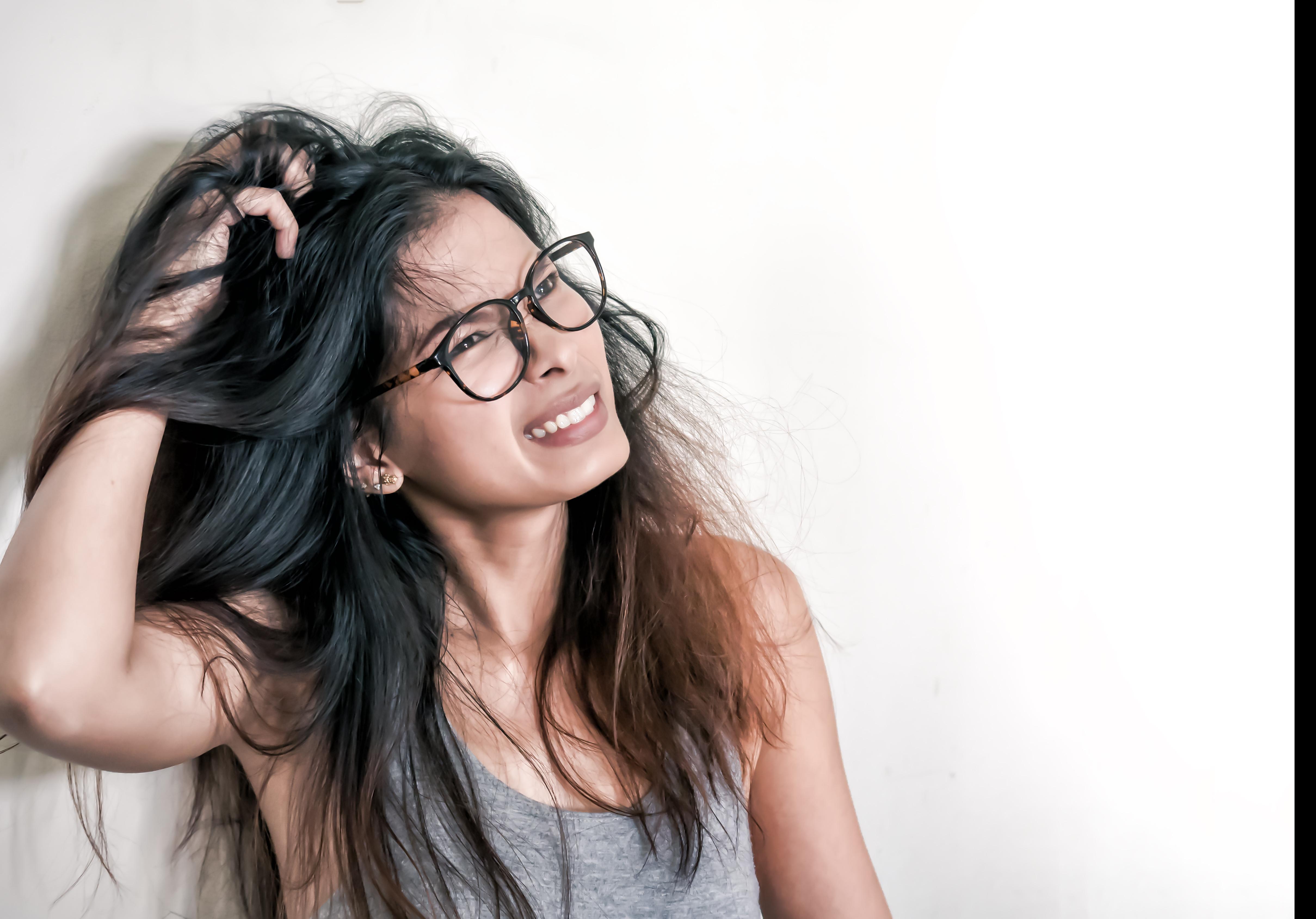 Hårprodukter som schampo, mousse eller spray kan torka ut hår och hårbotten och öka besvären med mjäll.