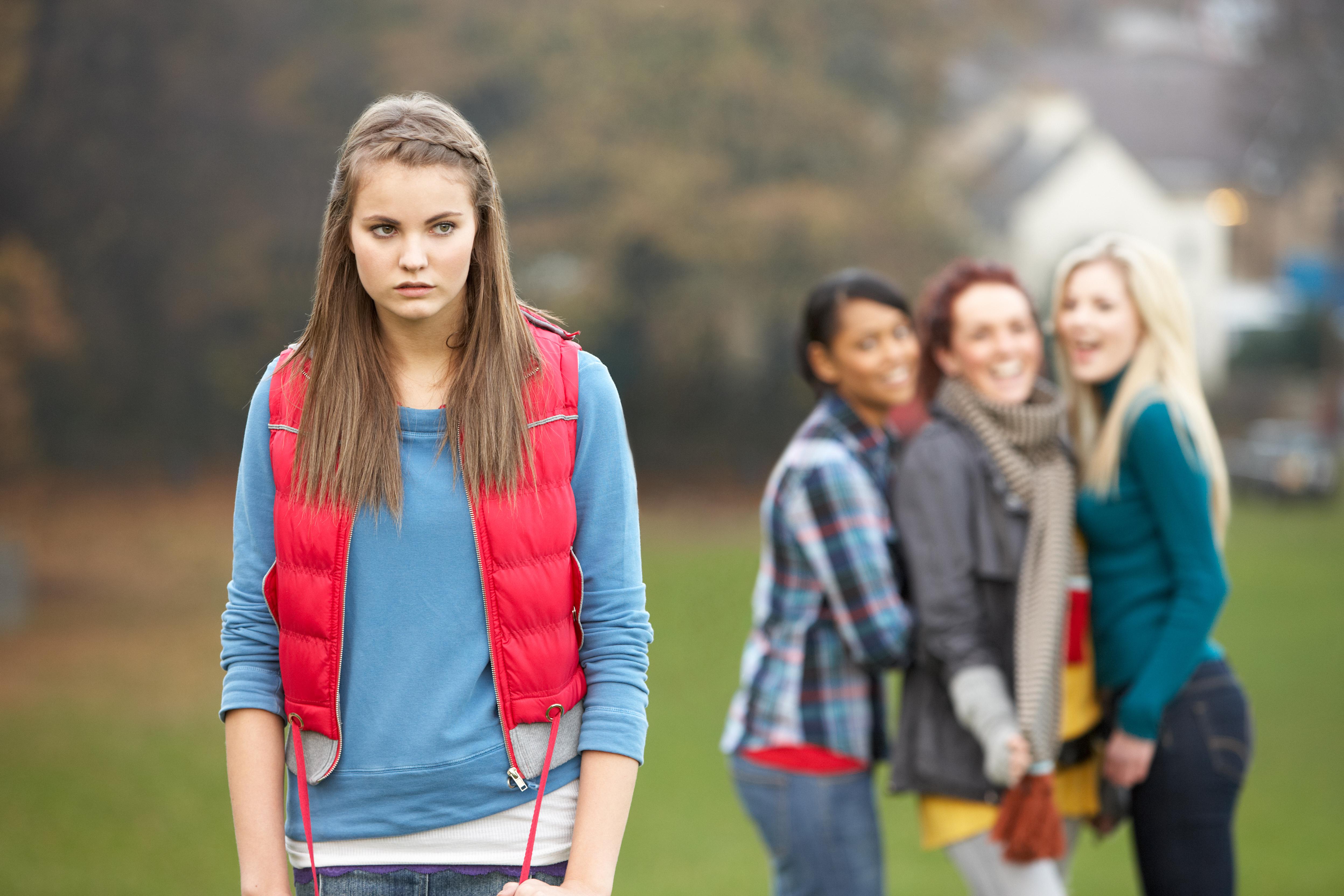 Om man generaliserar är det vanligare med fysiskt våld när killar mobbar och utfrysning när det gäller tjejer.