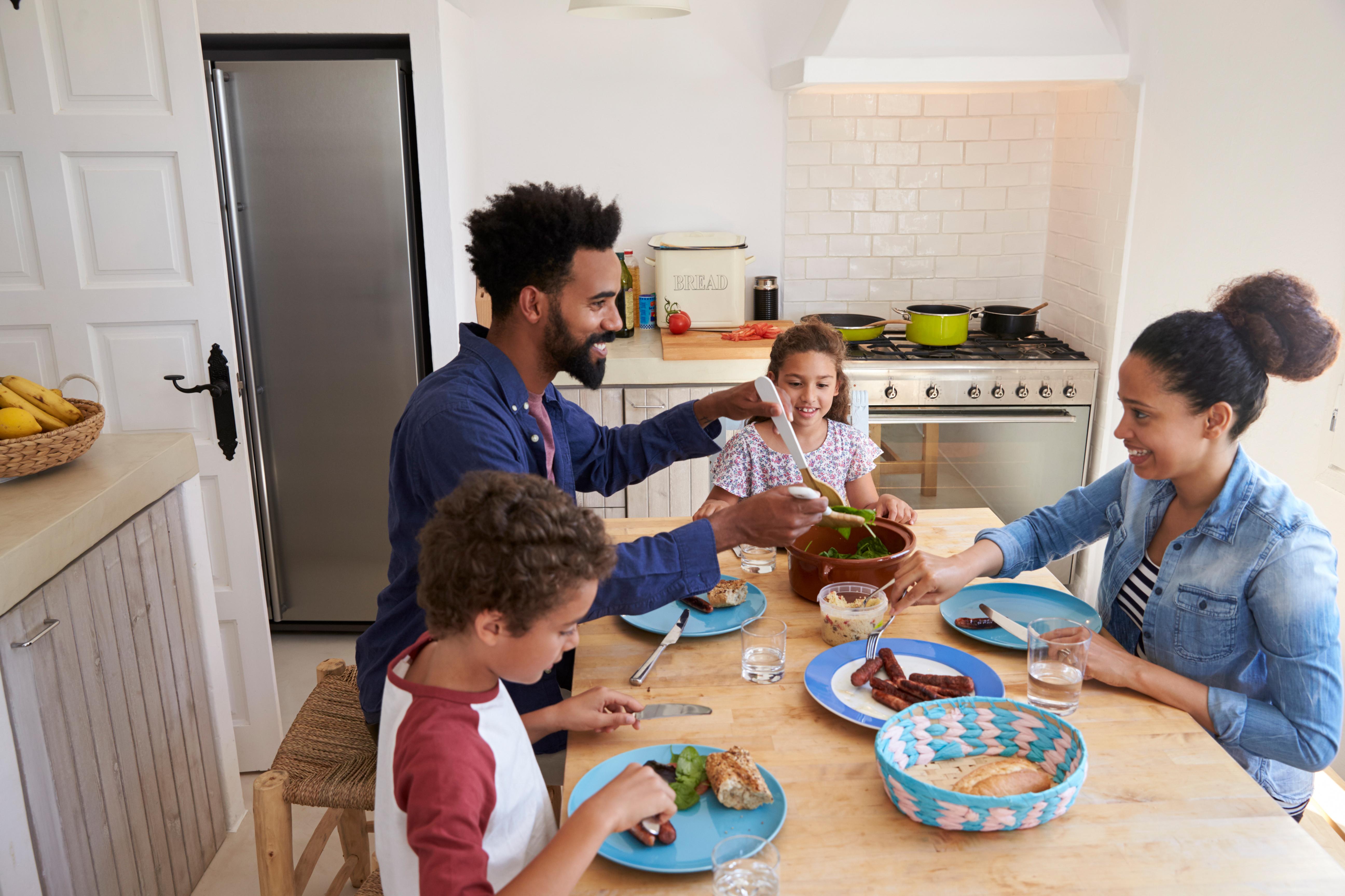 Tonåringar och unga vuxna som äter tillsammans med sin familj får sundare matvanor, visar studien från Kanada.