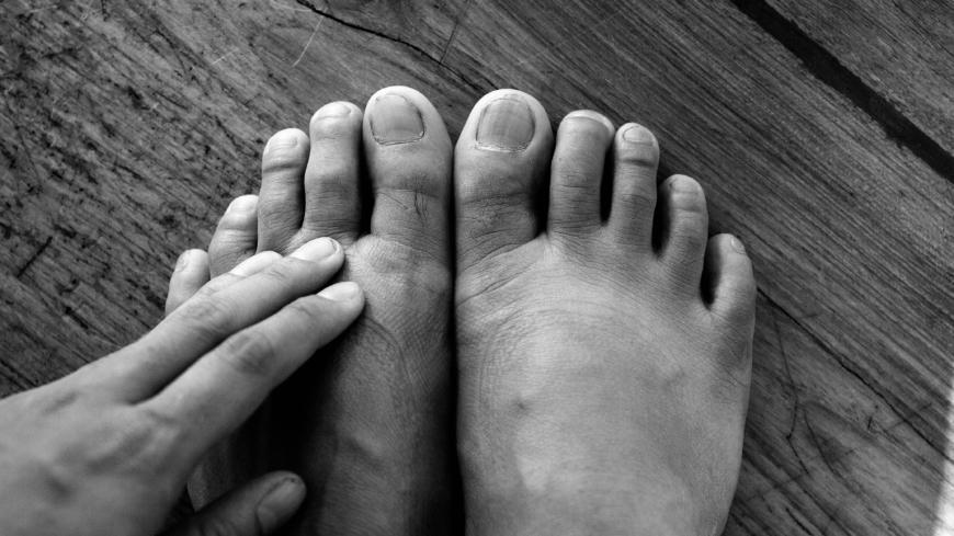 kliar under fötterna på natten
