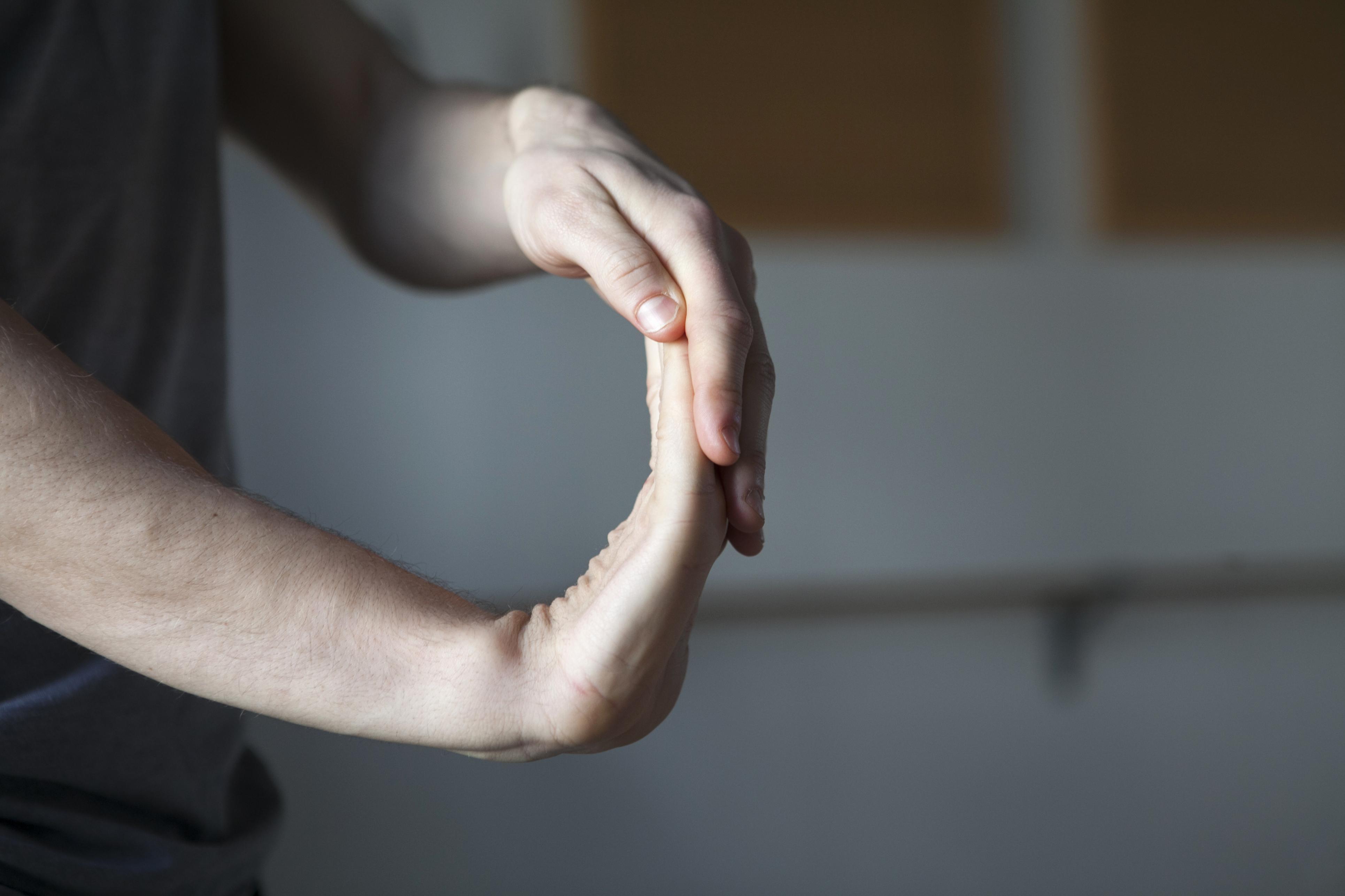 Det finns stretchövningar som exempelvis kontorsarbetare kan göra under arbetsdagen och som lindrar besvären hos de som drabbats av musarm.