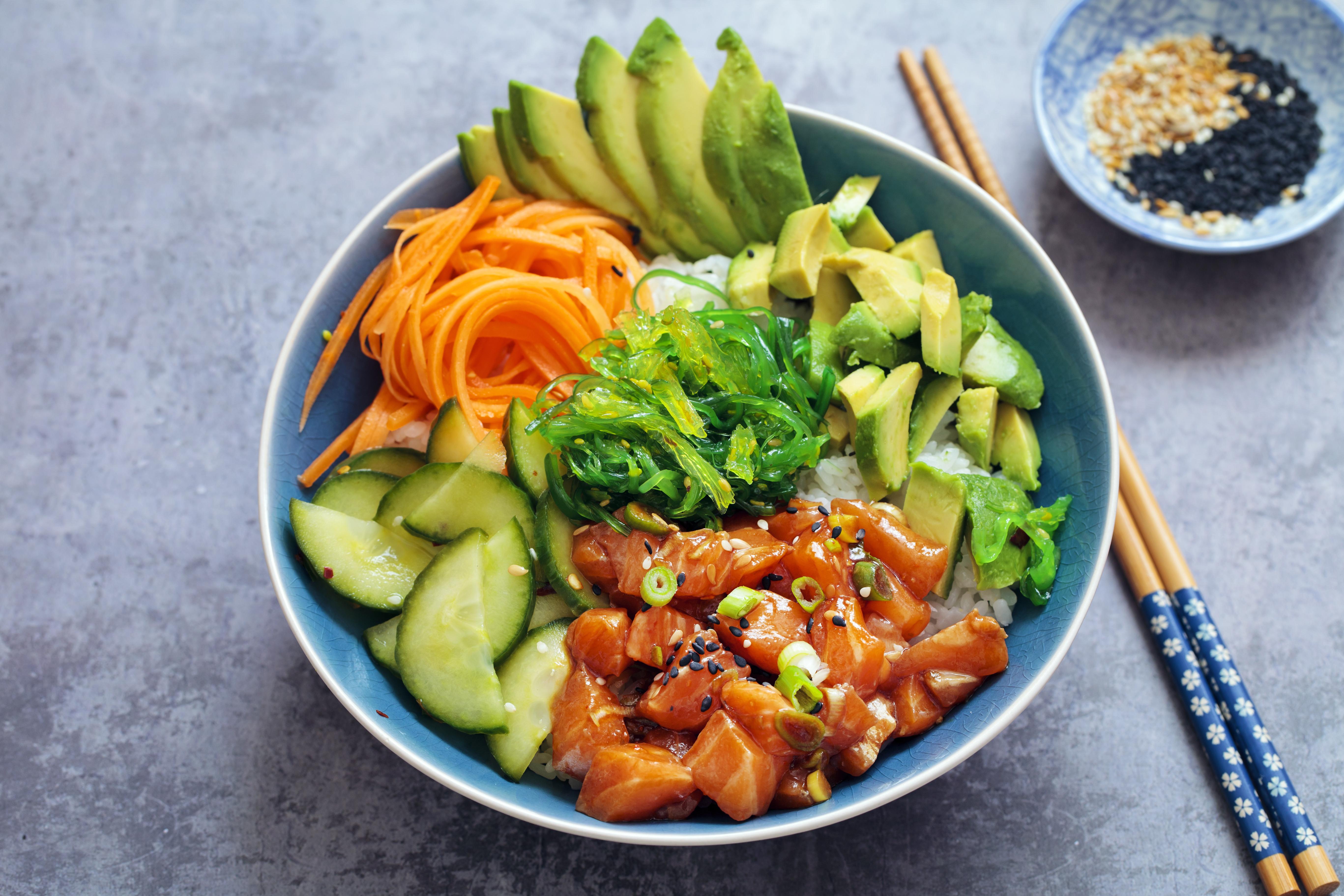 shutterstock_573890704 poke bowl veckans recept mat och vitaminer  lax mat och hitta fler matrecept.jpg