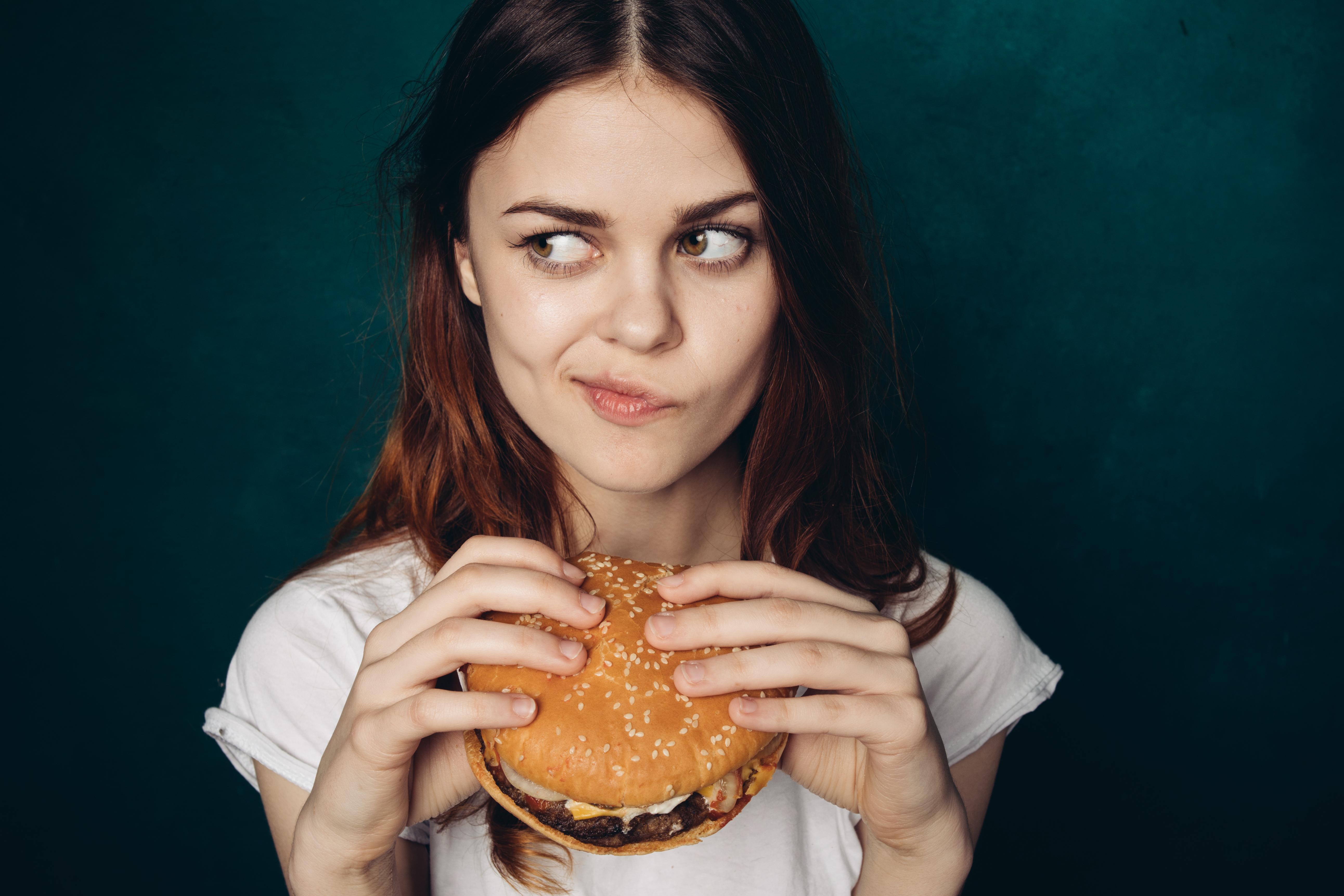 Var tredje svensk hoppar över lunchen någon gång i veckan, vanligtvis på grund av stress, särskilt hos kvinnor.