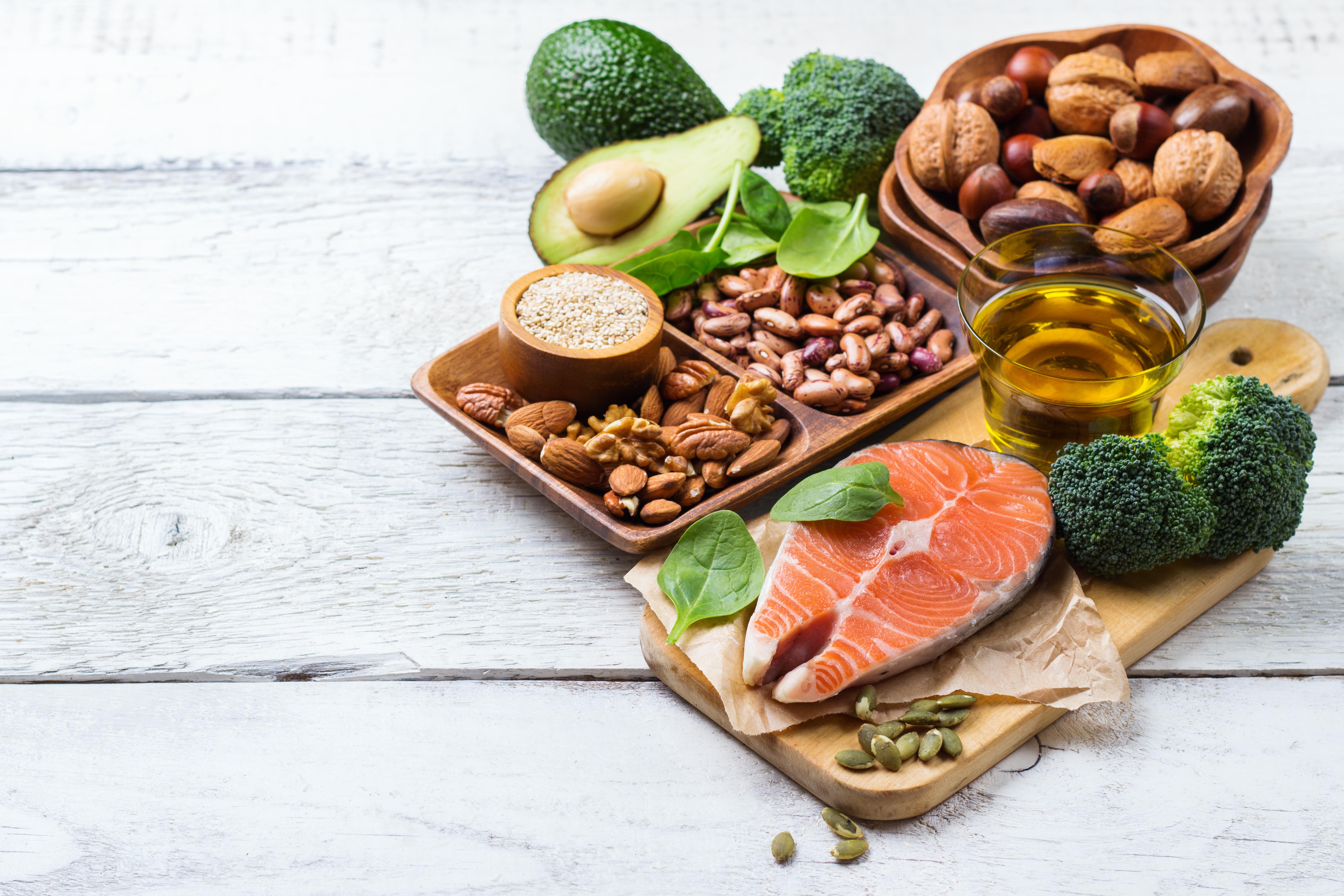 Fleromättade fettsyrorna omega-3 och omega-6 finns bland annat i nötter och vissa vegetabiliska oljor, medan långa omega-3-fettsyror främst finns i fet fisk.