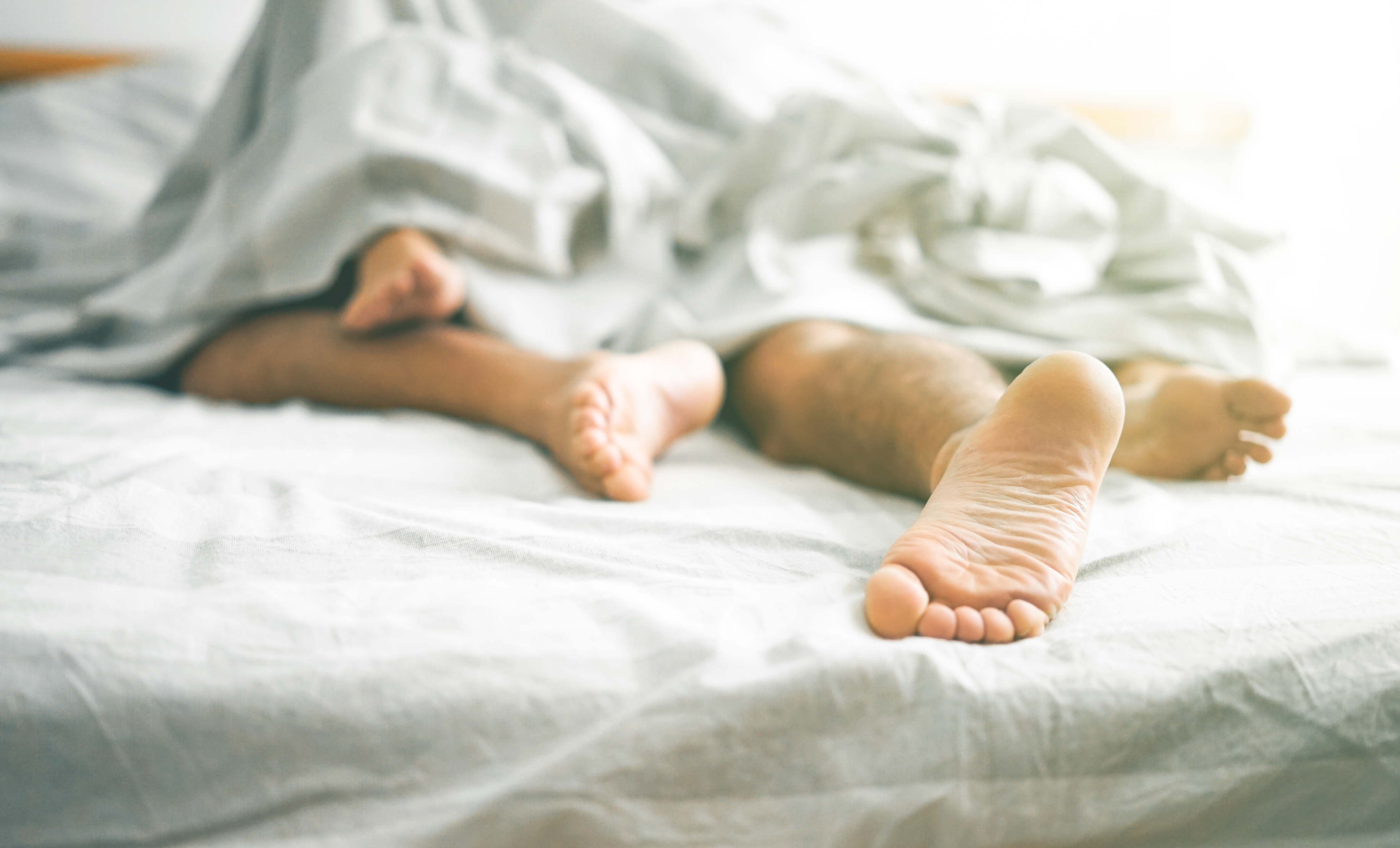 Klamydia orsakas av bakterier och smittar via sex och samlag. Inkubationstiden är en till två veckor.