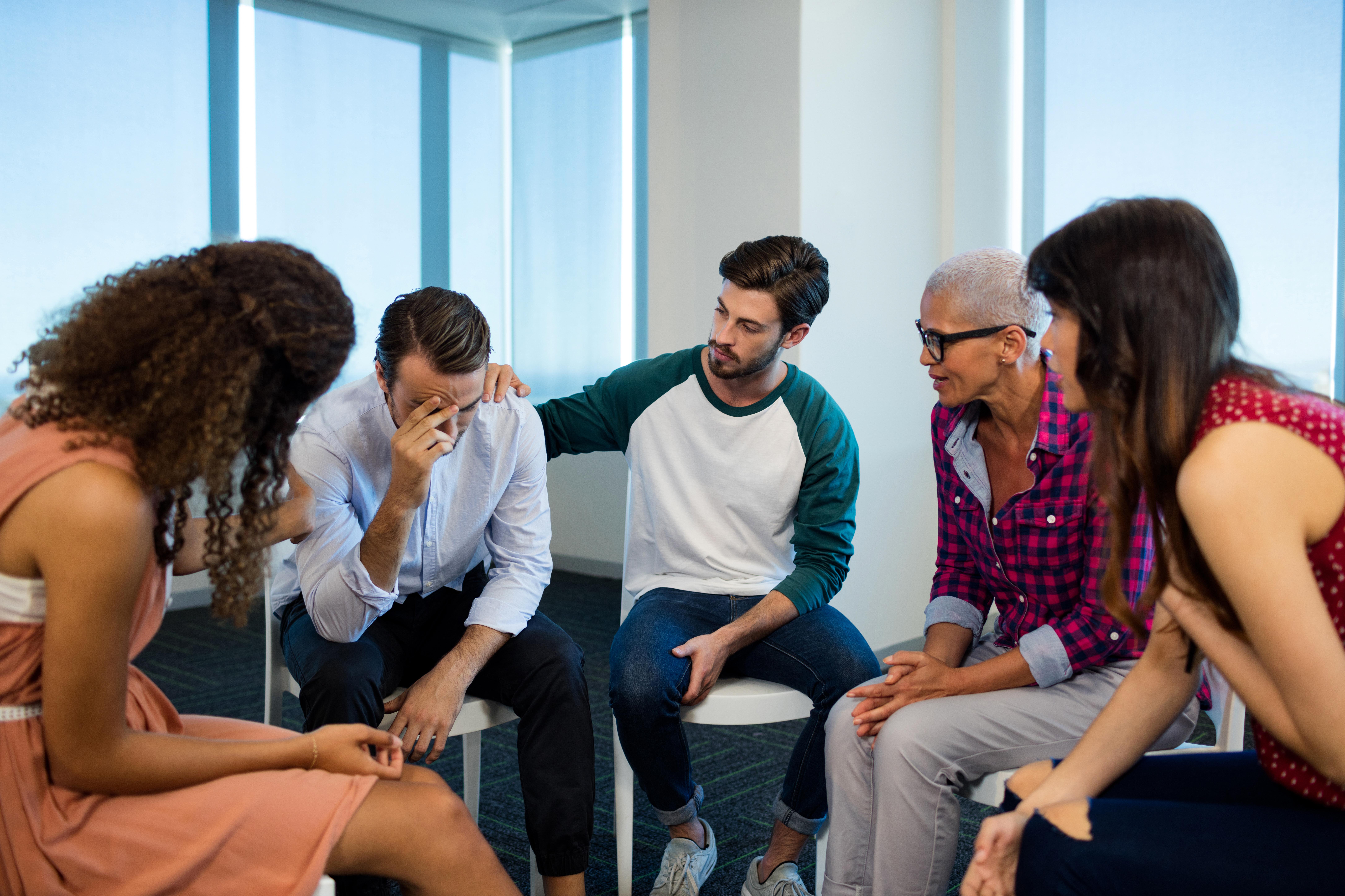Att gnälla på individer kan däremot leda till mobbning vilket aldrig är okej på en arbetsplats, våga stötta och säga ifrån om du upptäcker arbetsplatsmobbning.