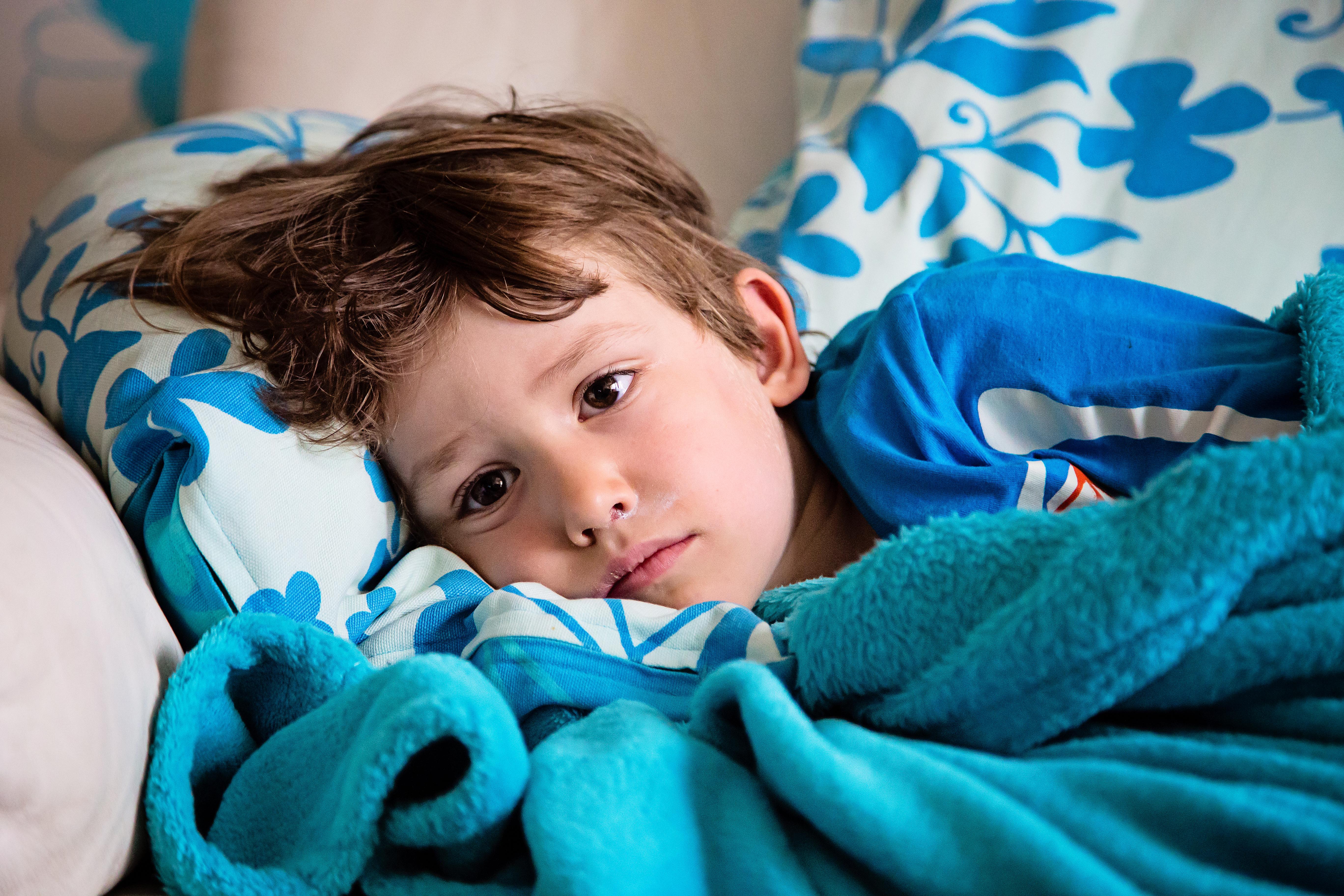 Ett barn som lider av vätskebrist blir trött, hängigt och kissar mindre än vanligt.