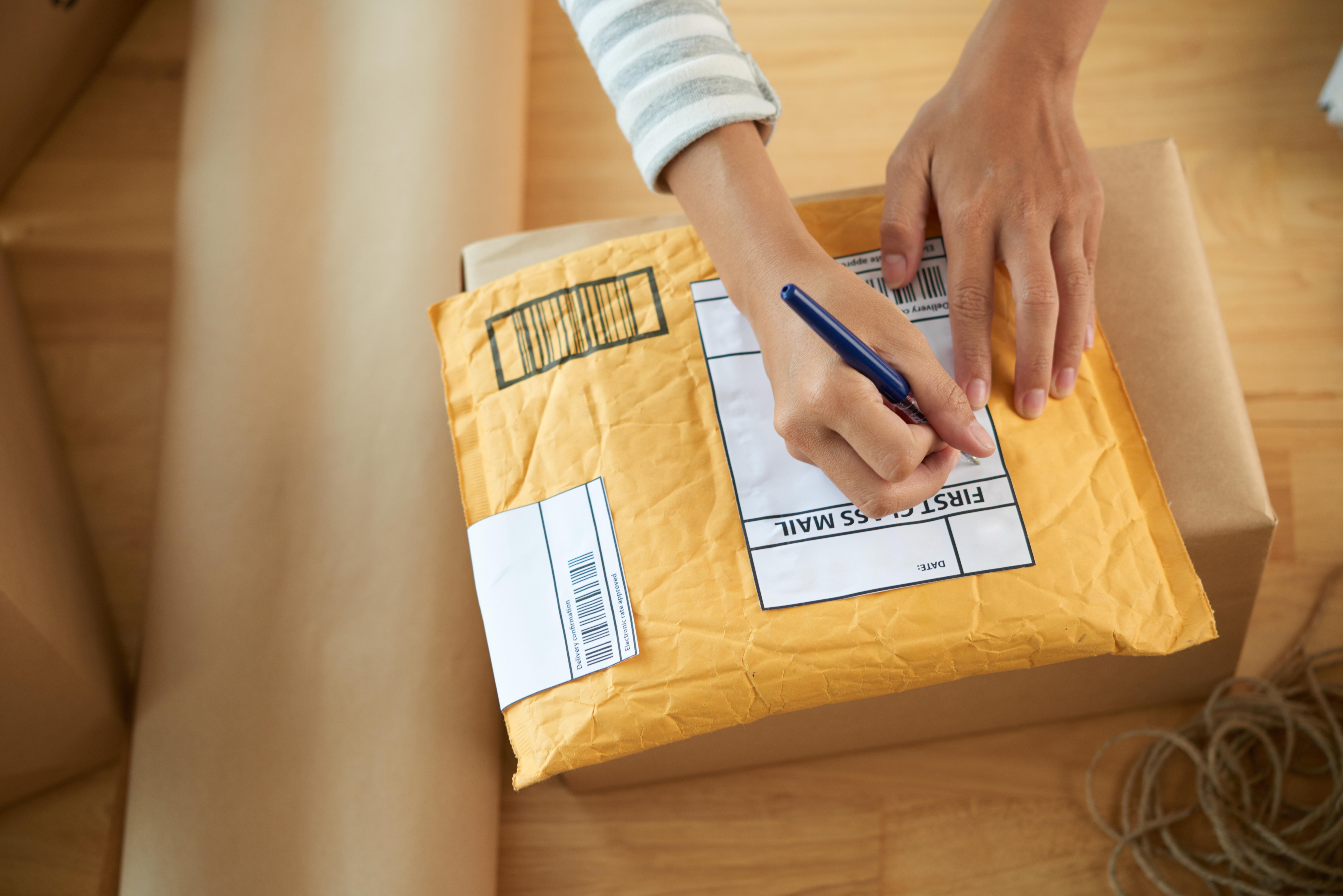 Självtestet består av en bomullspinne, ett förslutbart provrör, ett vadderat kuvert och instruktioner för hur du ska gå tillväga.