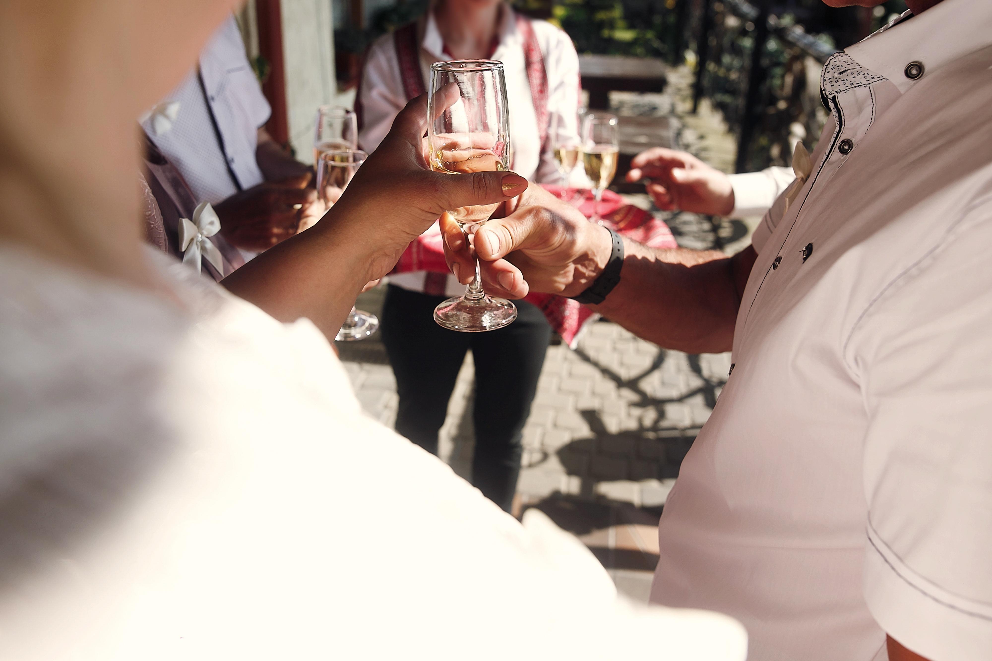 Även om sommaren och solen ger många tillfällen att dricka, och är en tid för njutning, är det ändå viktigt att man håller koll.
