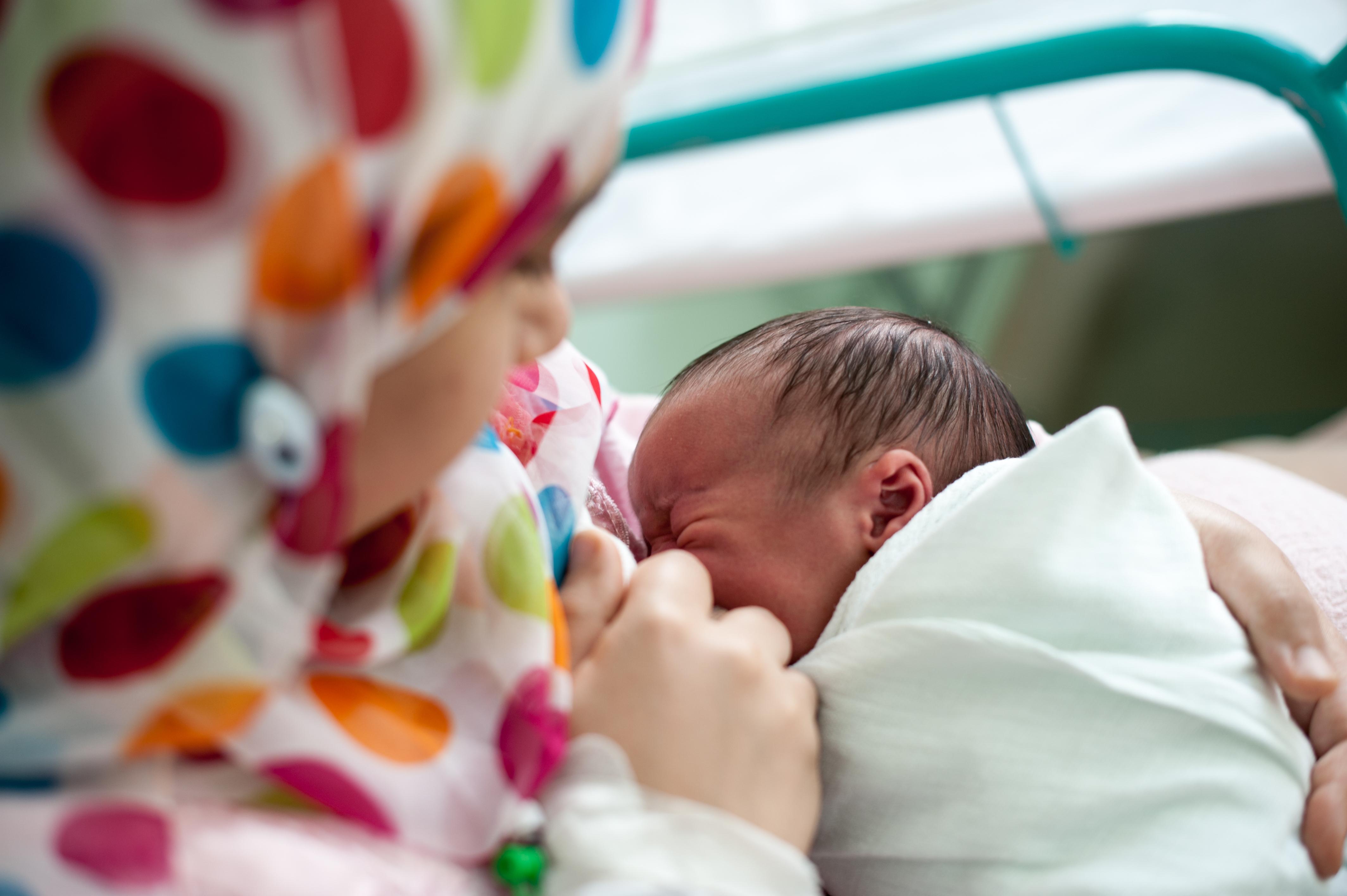 Direkt efter födseln är det vanligt att lägga barnet vid bröstet. Däremot kommer inte mjölkproduktionen igång på en gång vilket inte är någon fara då barnet har näring kvar från tiden i livmodern.