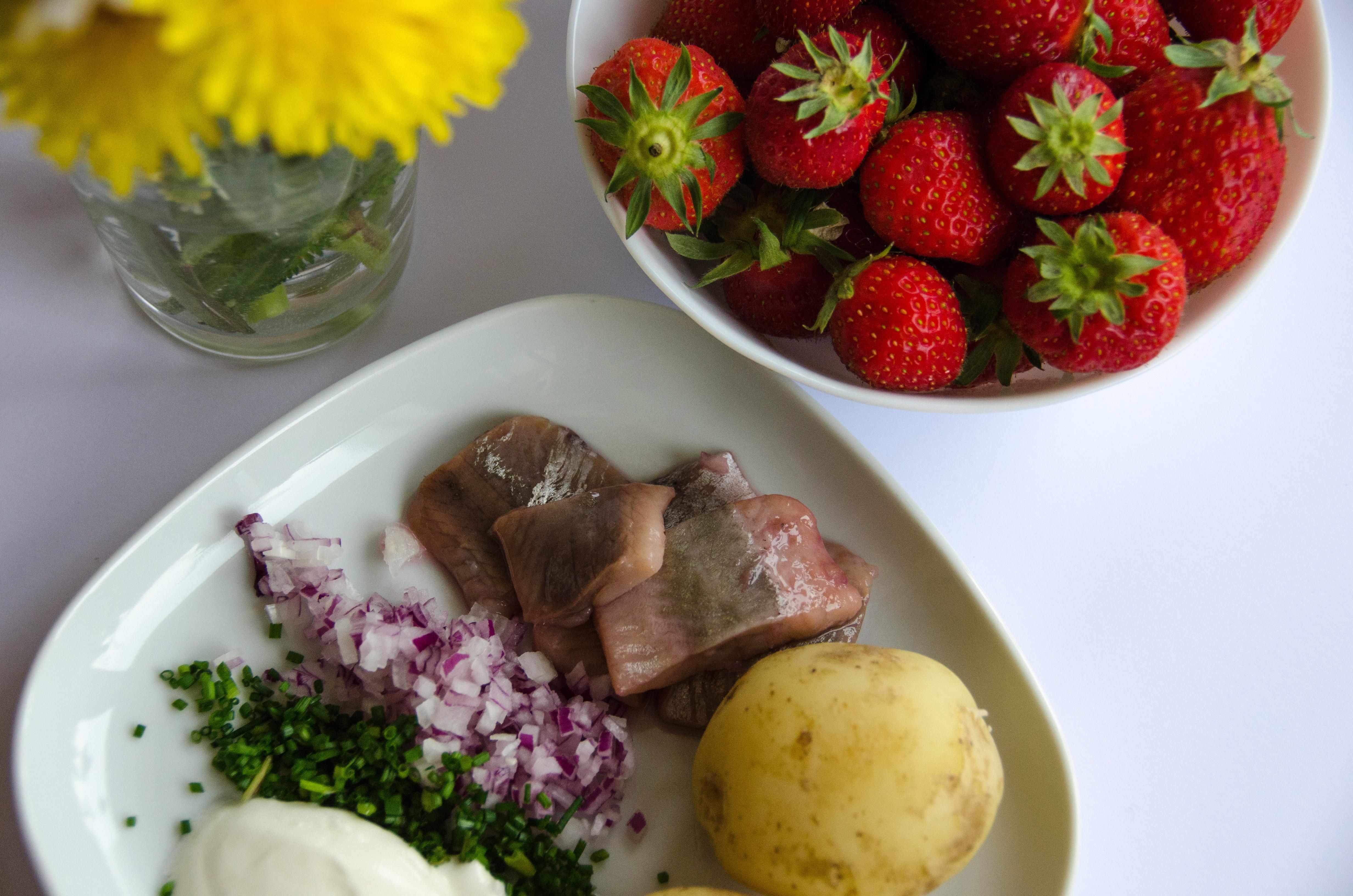 Midsommarmaten innehåller flera nyttiga delar som fisk och färskpotatis.