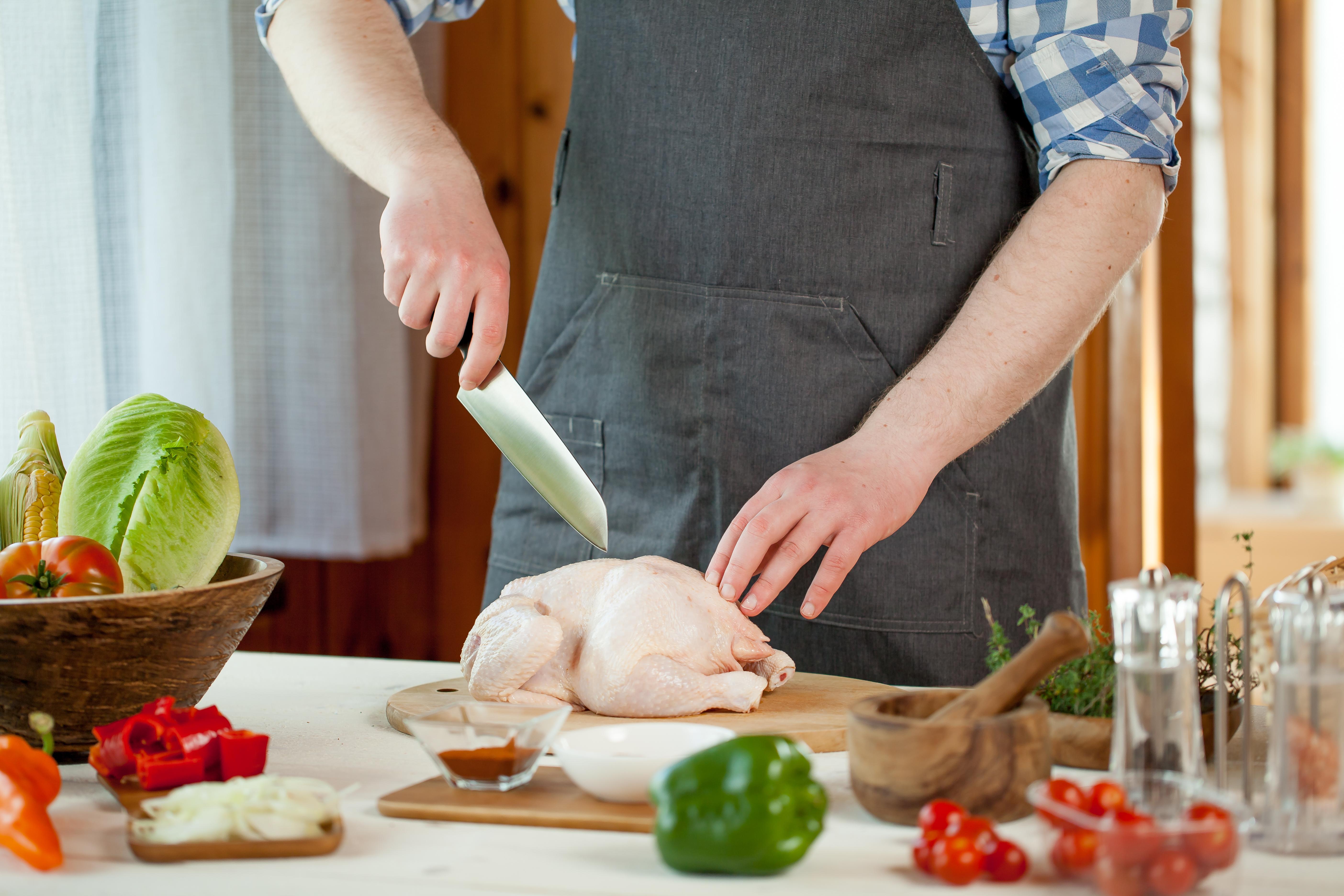 Matförgiftning uppkommer på grund av bristande hantering av livsmedel, varav kyckling är särskilt viktigt att man hanterar rätt.