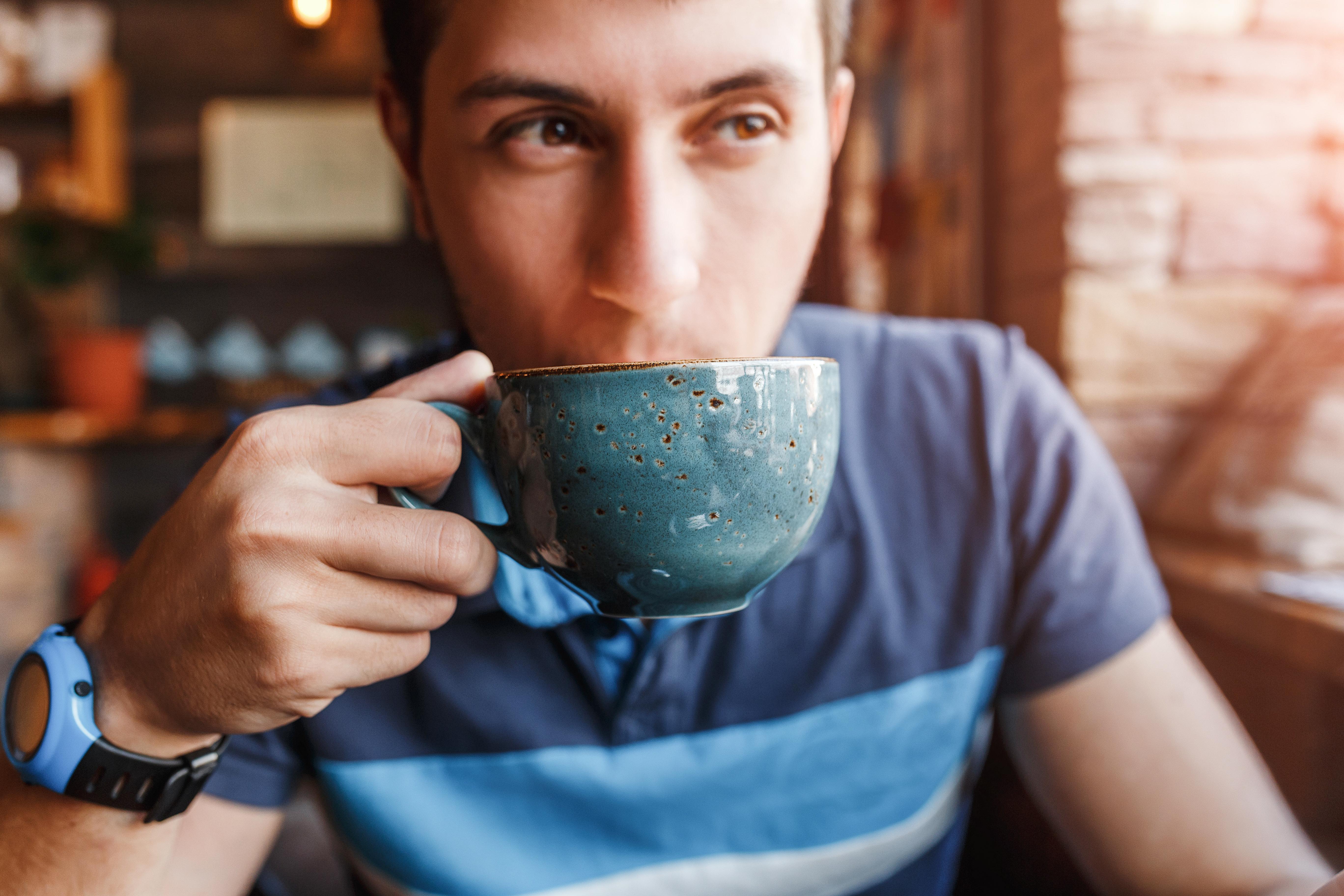För koffein är halveringstiden 4-5 timmar, vilket betyder att hälften av den mängd kaffe vi intagit är kvar efter 4-5 timmar.