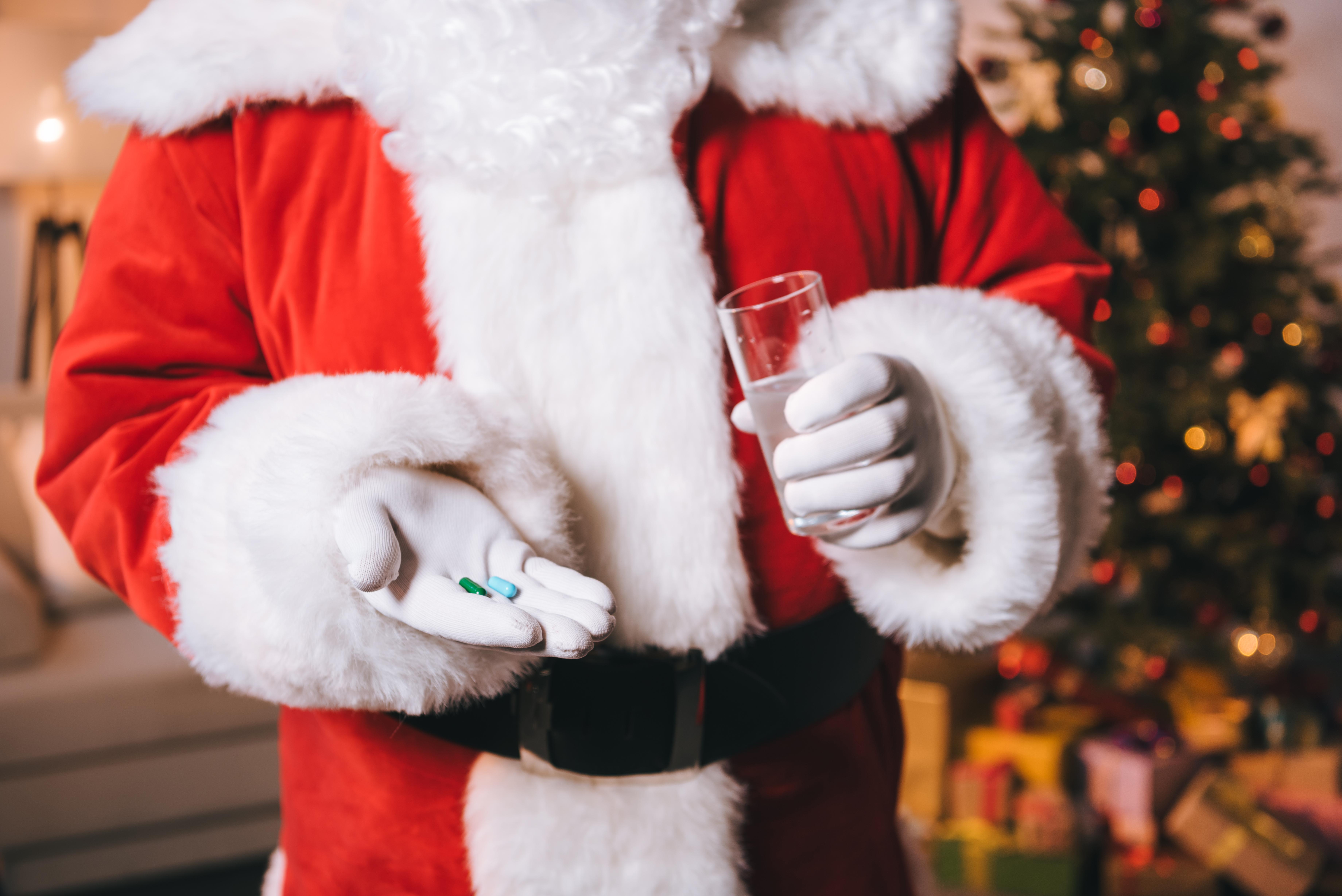 Många tänker inte på att det kan vara olämpligt att dricka alkohol eller äta mycket fet julmat med sina läkemedel menar Fredrik Hed, apotekare.