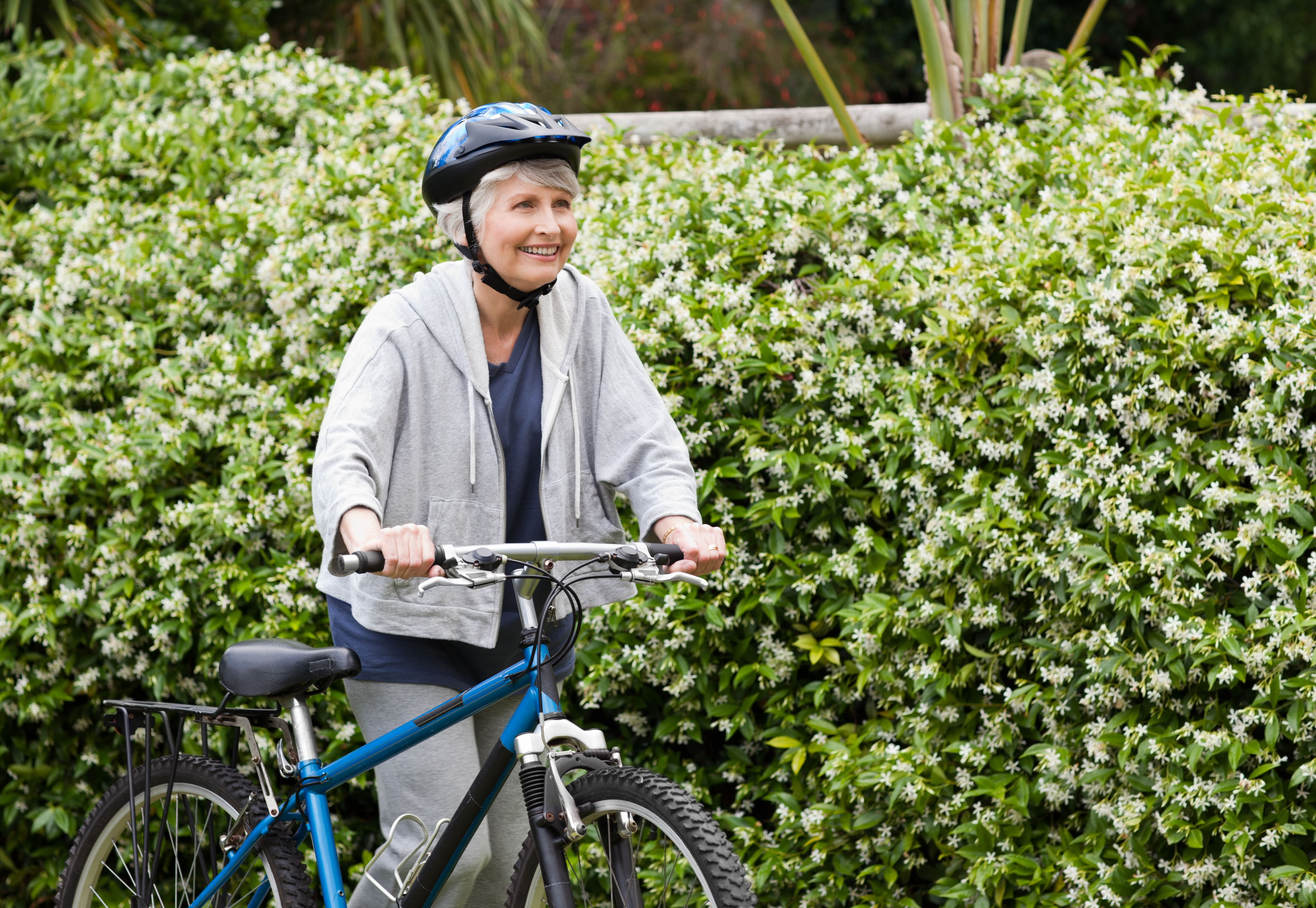 En åldersgrupp där kvinnor kontinuerligt har visat sig bättre på att använda cykelhjälm är bland cyklister över 65 år.