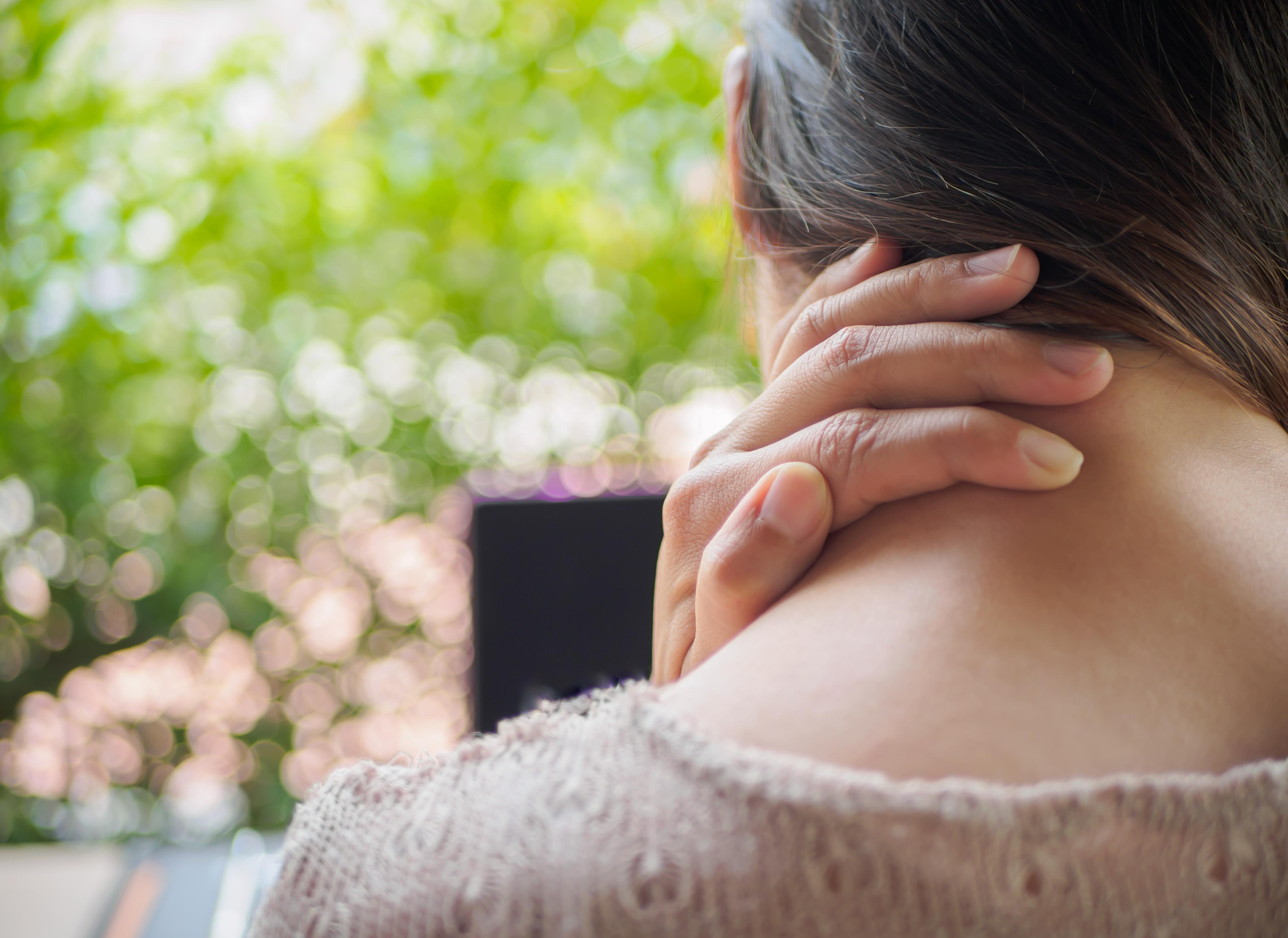 Känner du av spänningar i axlar och nacke mer eller mindre dagligen är du långt ifrån ensam.