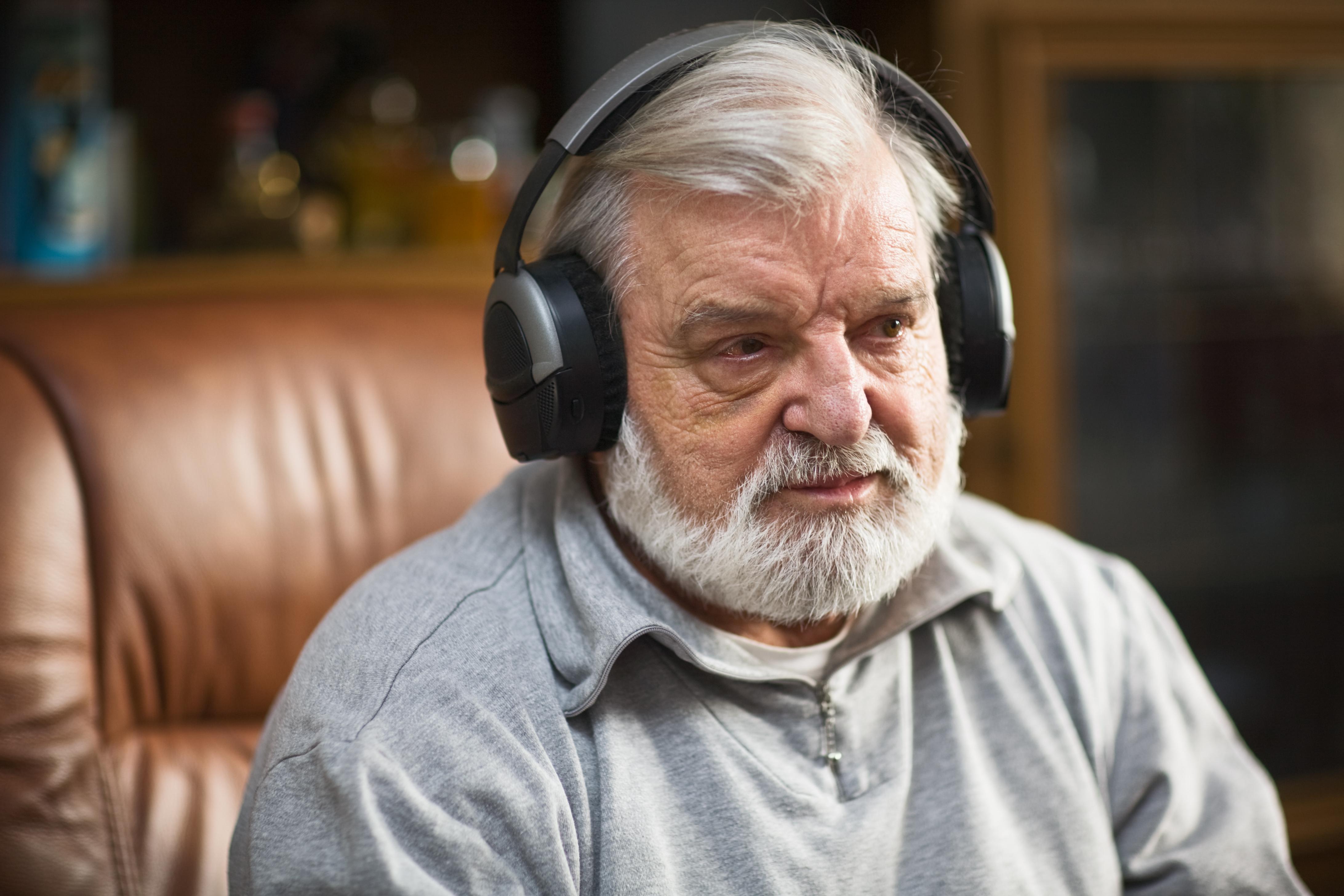 Musik kan användas för att trösta, glädja eller underlätta vid besvärliga situationer i arbetet med vård av demenssjuka.