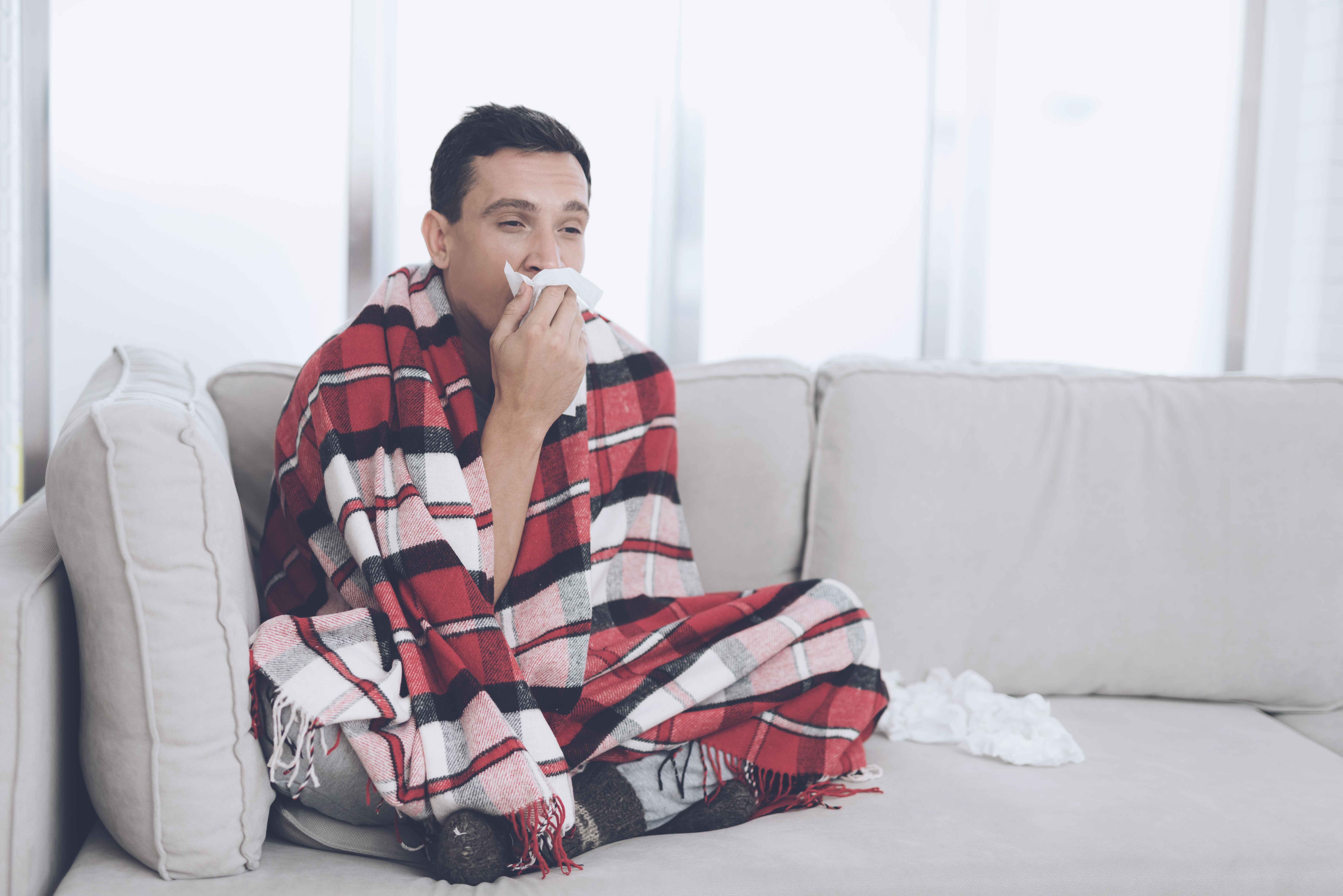 Lika väl att man som frisk bör undvika kontakt med redan förkylda bör man som förkyld undvika kontakt med friska personer. Man gör ingen på jobbet en tjänst om du i 38,5, eller högre, graders feber släpar sig till jobbet.