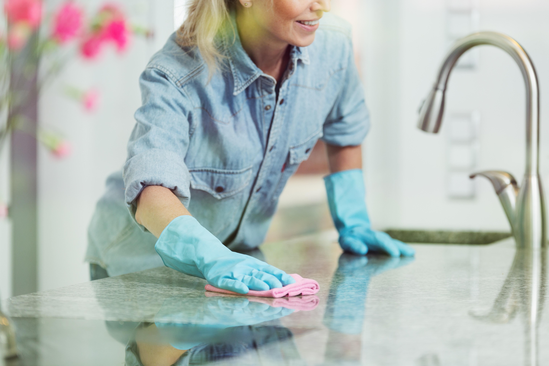 Av hushållssysslor som görs mer på rutin, såsom att städa och laga mat, är det kvinnorna som tar störst ansvar.