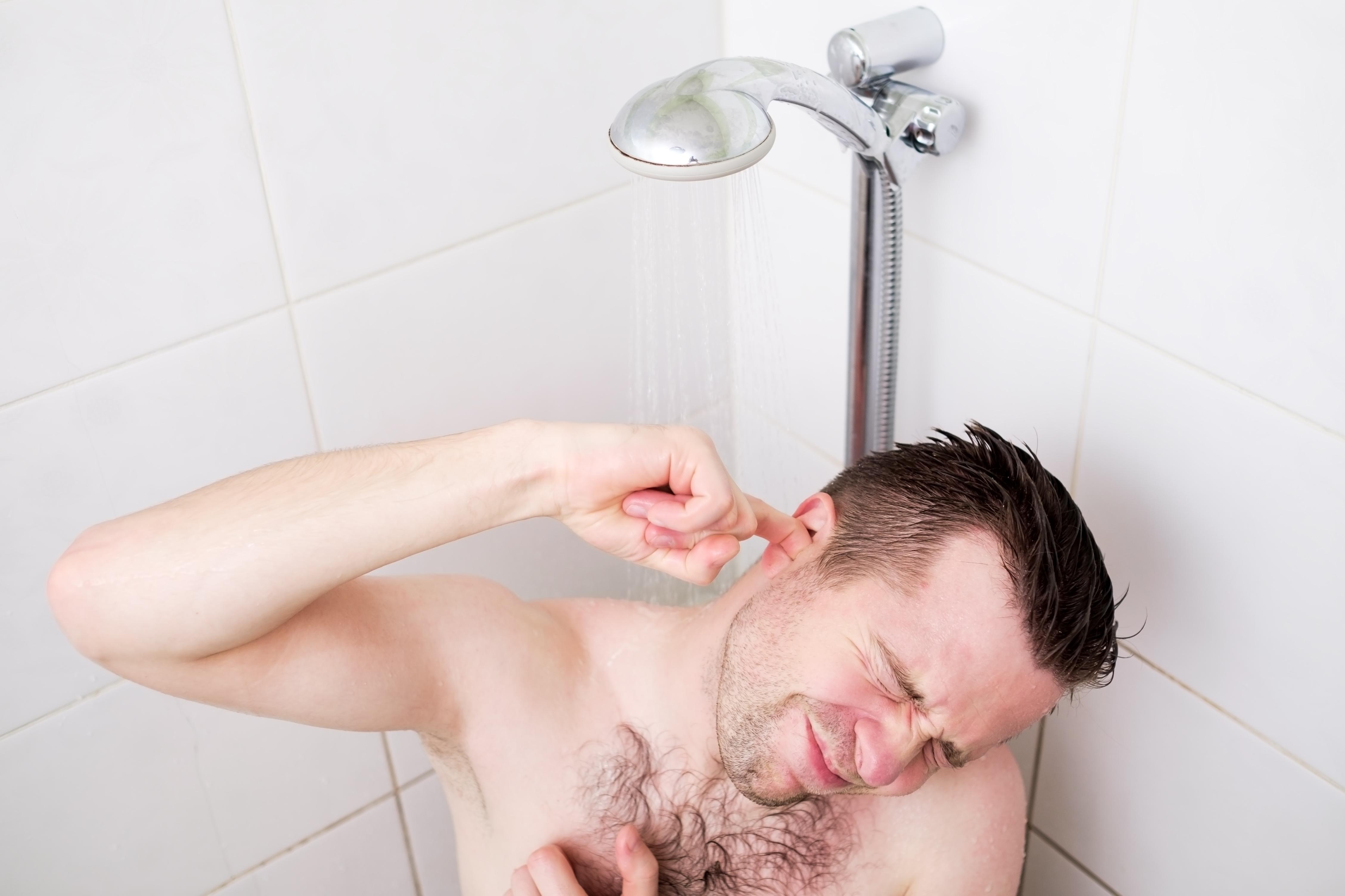 Det som ofta har orsakat skadan är något så enkelt som att du har dragit ut ett blött finger ur örat efter dusch eller bad.