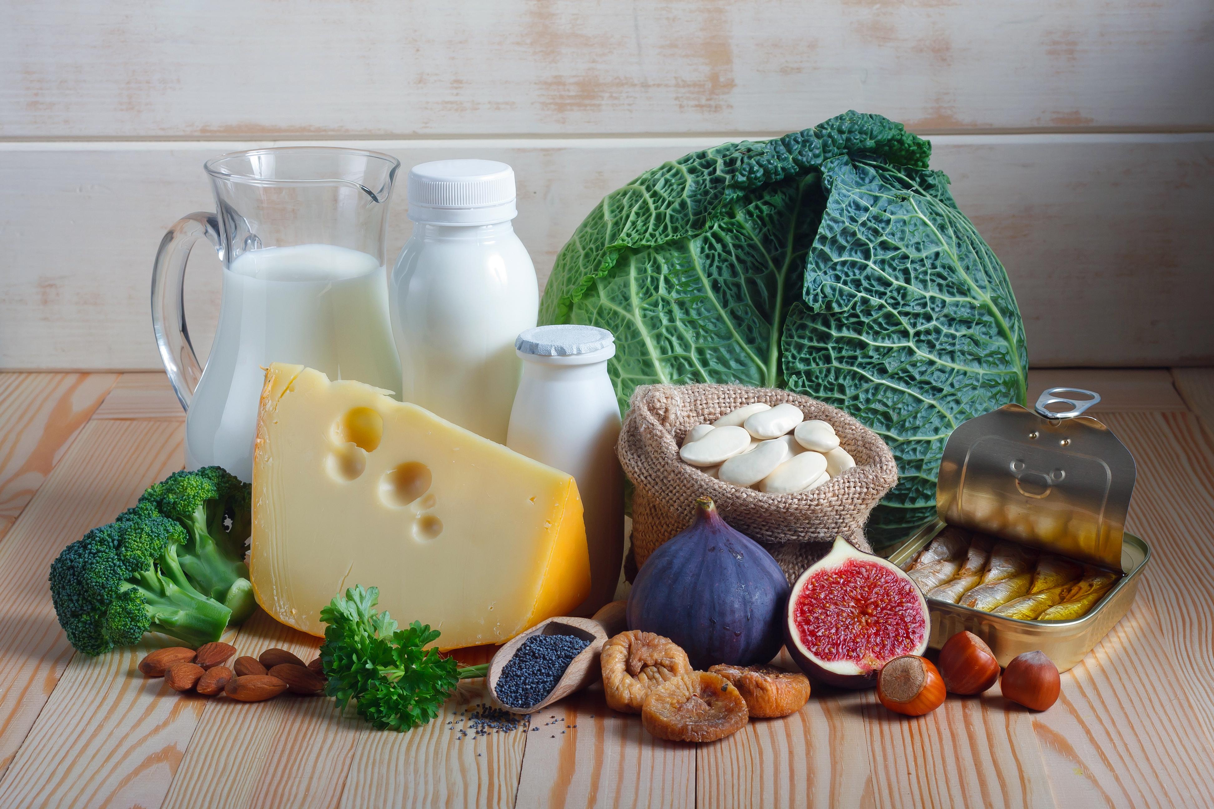 Kalcium finns i de flesta livsmedel och allra mest finns i mjölkprodukter, bladgrönsaker och nötter De allra flesta får i sig tillräckligt med kalcium genom att äta en balanserad och varierad kost.