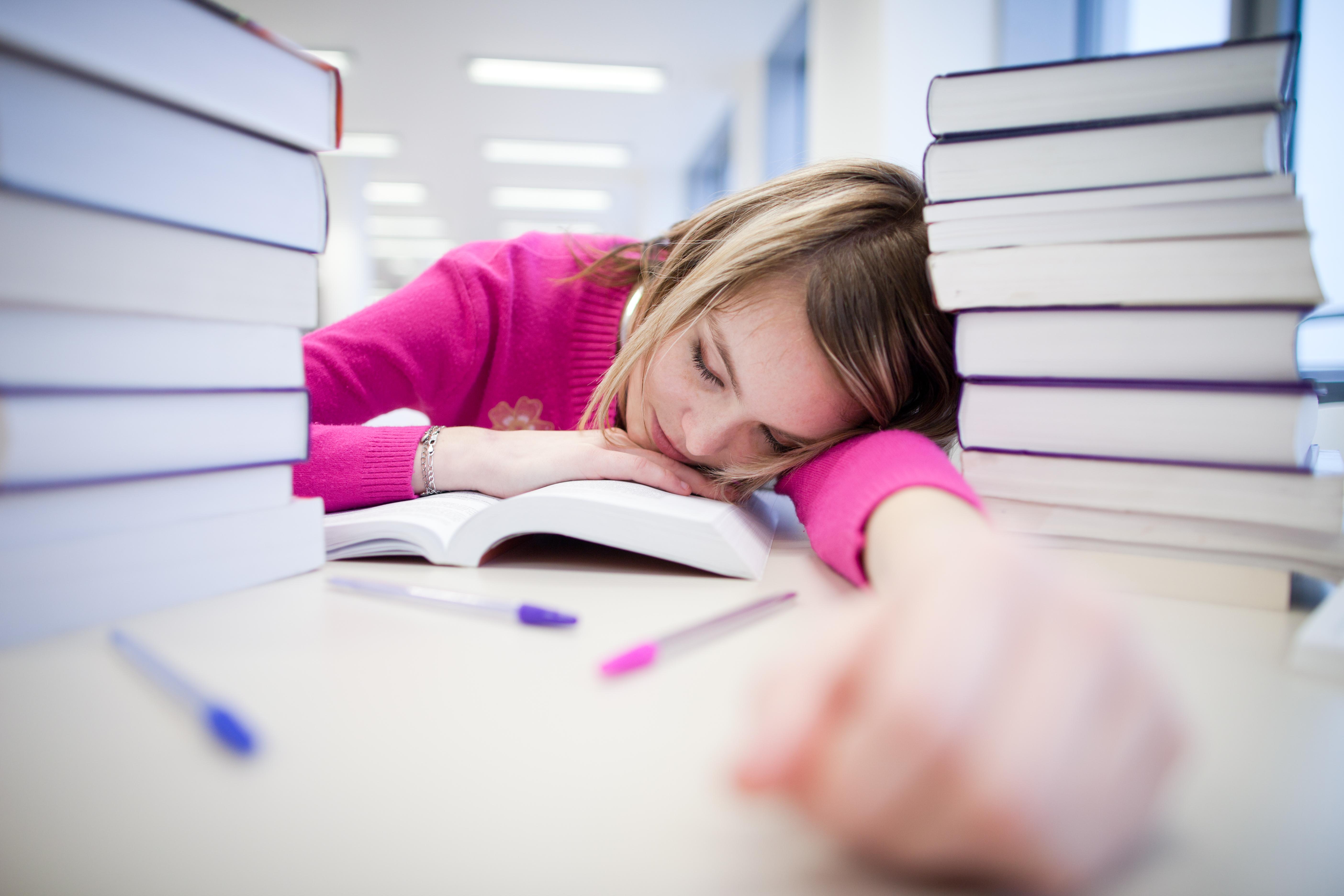 Studien visar att också helgsömnen påverkar betygen och att för lite sömn på helgerna ger sämre betyg.