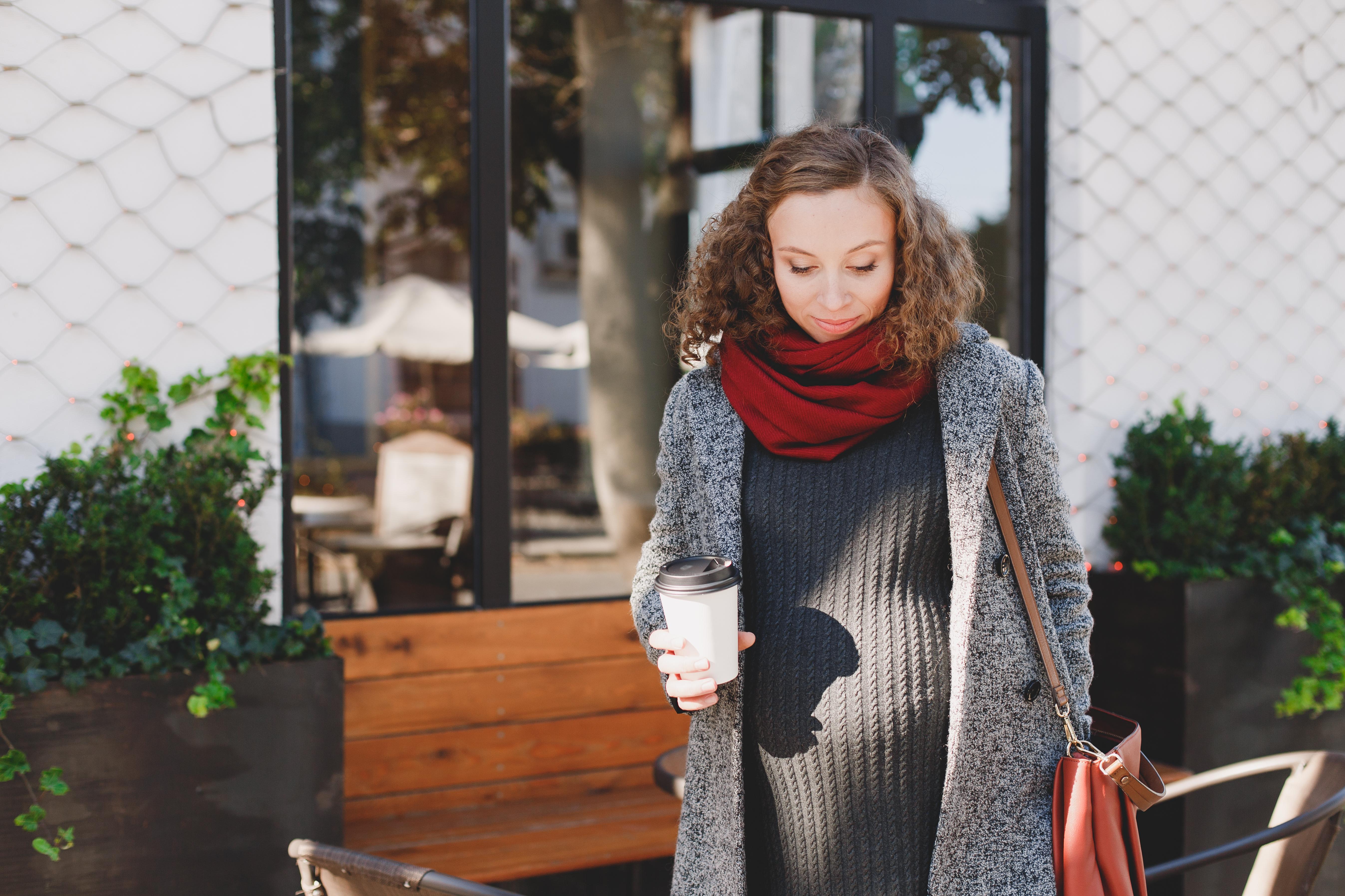 Enligt Livsmedelsverket bör gravida inte få i sig mer är 300 mg koffein per dag, vilket motsvarar tre koppar kaffe eller sex muggar svart te.