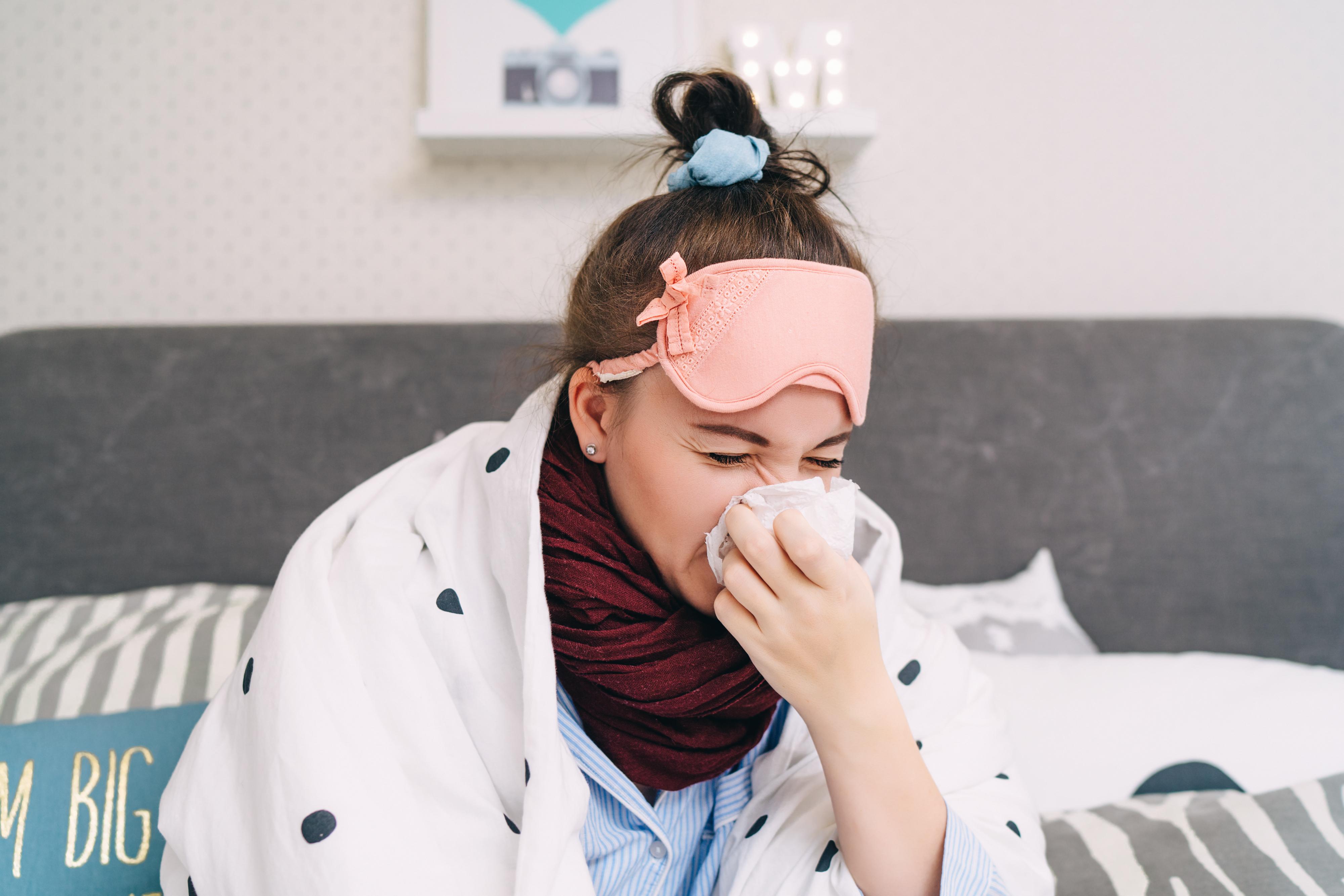 Vid influensa kan du känna dig trött och frusen, få ont i halsen och även ha muskelvärk.