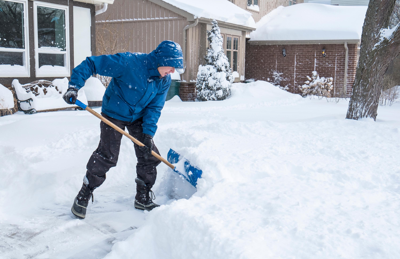 Snöskottning innebär statiskt arbete med armarna i kall väderlek. Det gör att kranskärlen drar ihop sig och belastningen på hjärtat ökar.