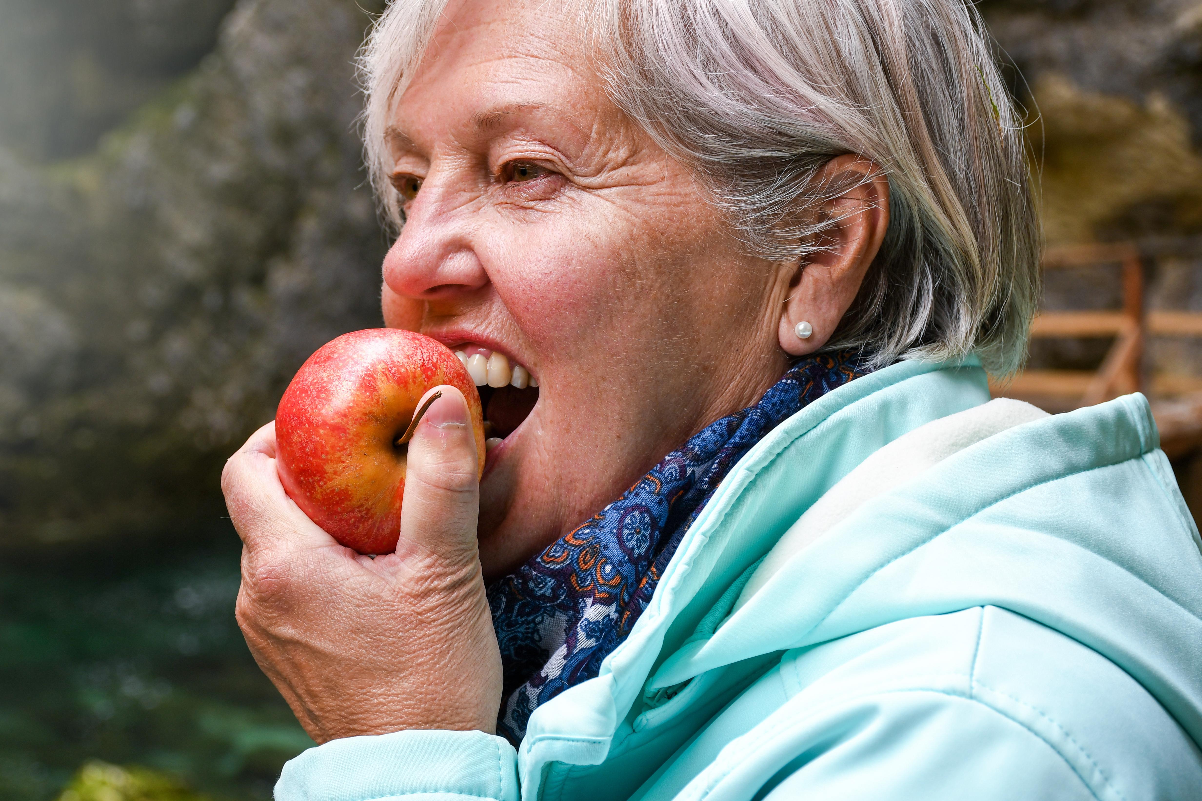 Magsyra och frukt fräter på tänderna, och de som äter äpplen och citrusfrukter dagligen har större erosionsskador menar ST-tandläkare Susanna Gillborg.