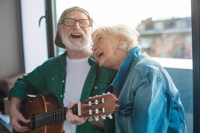 Hjärnstimulerande aktiviteter som att sjunga och att vara fysiskt aktiv, som att promenera, spelar en viktig roll för att förebygga demens.