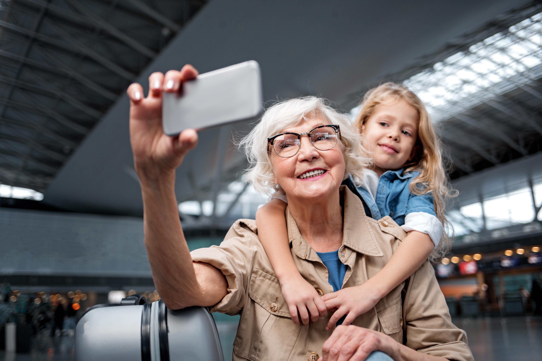 Att ta en bild på sig själv, en selfie, är numera ett sätt att kommunicera bland både unga och äldre.