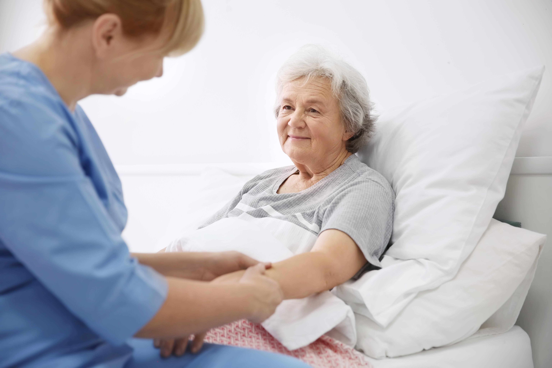 Forskarna har jämfört vilken effekt läkemedel har kontra beröring och massage för den som lever med demens.