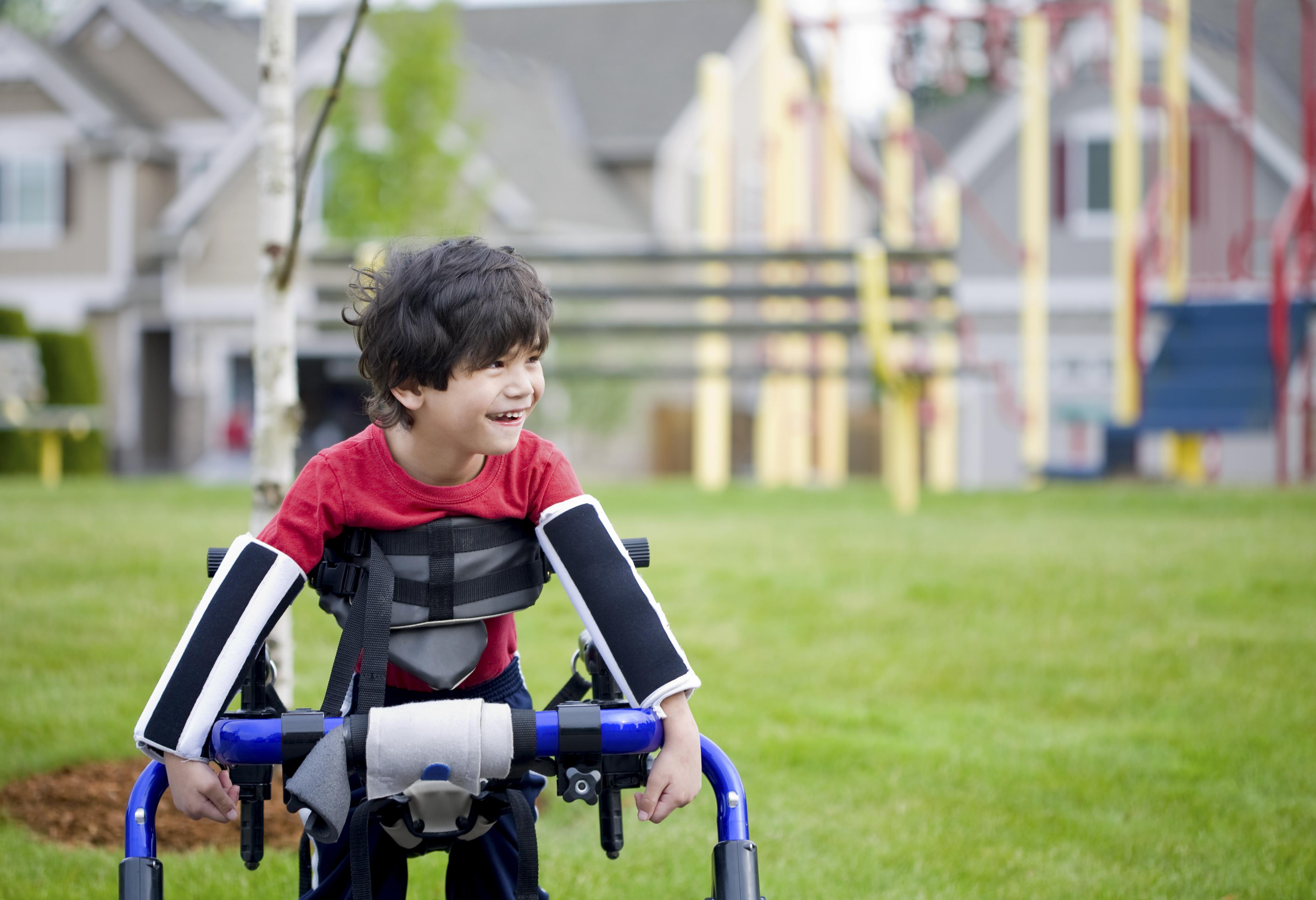 Personer med cerebral pares har nedsatt rörelseförmåga, och kan ofta behöva hjälpmedel såsom stödskenor.