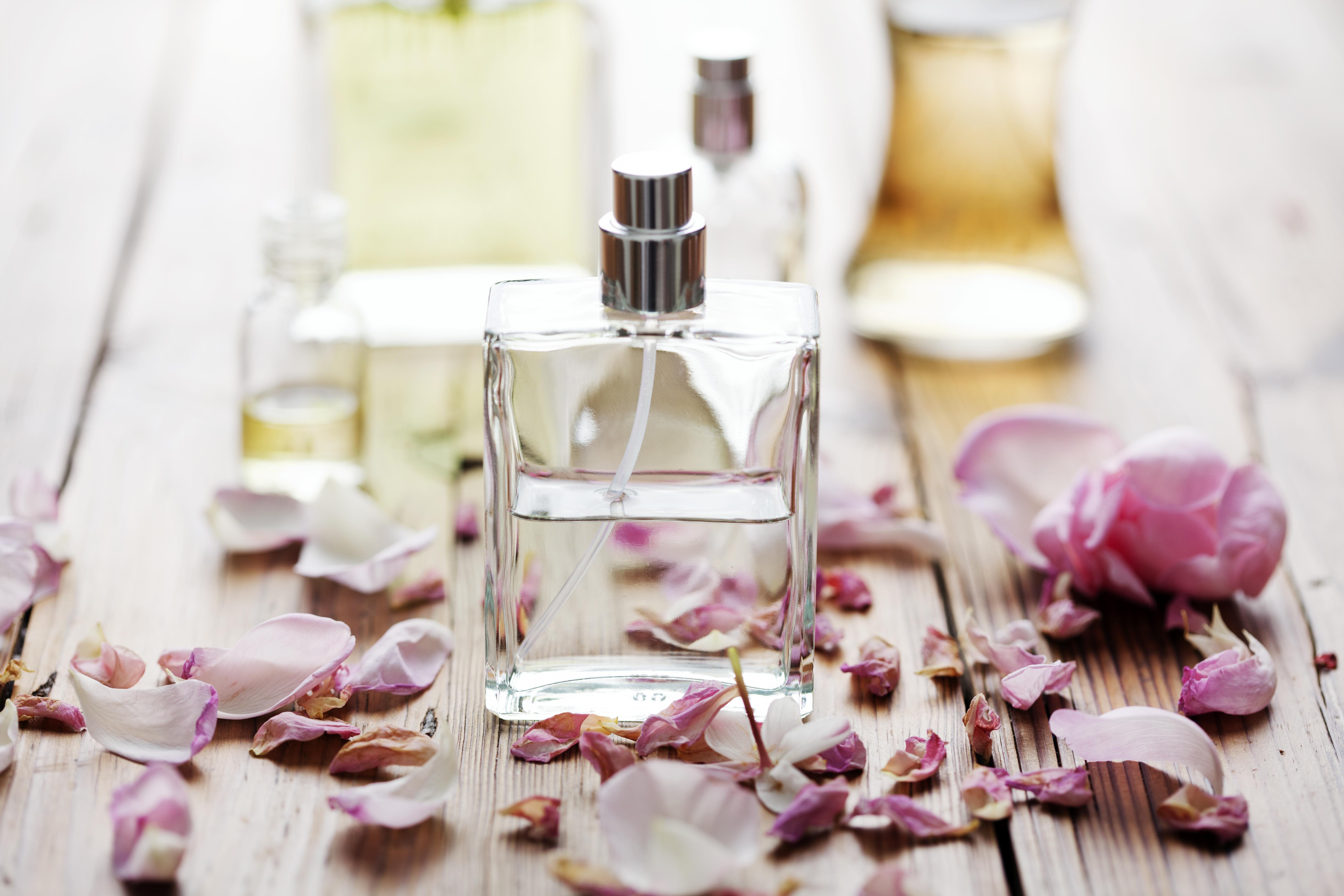 Hur parfymämnen reagerar med luft eller i hud är viktigt att undersöka.