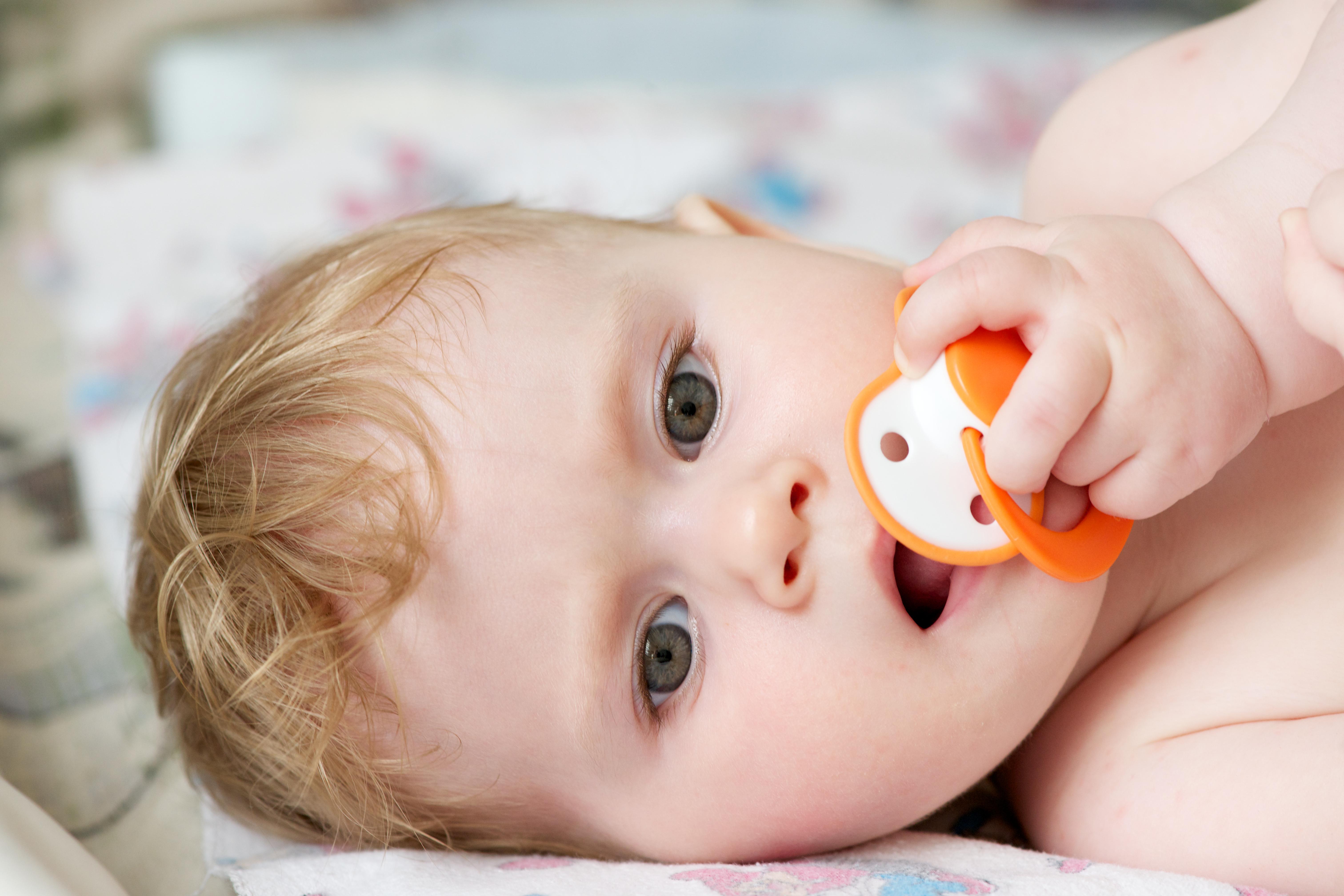 Många olika orsaker kan ligga bakom att ett barn kräks.