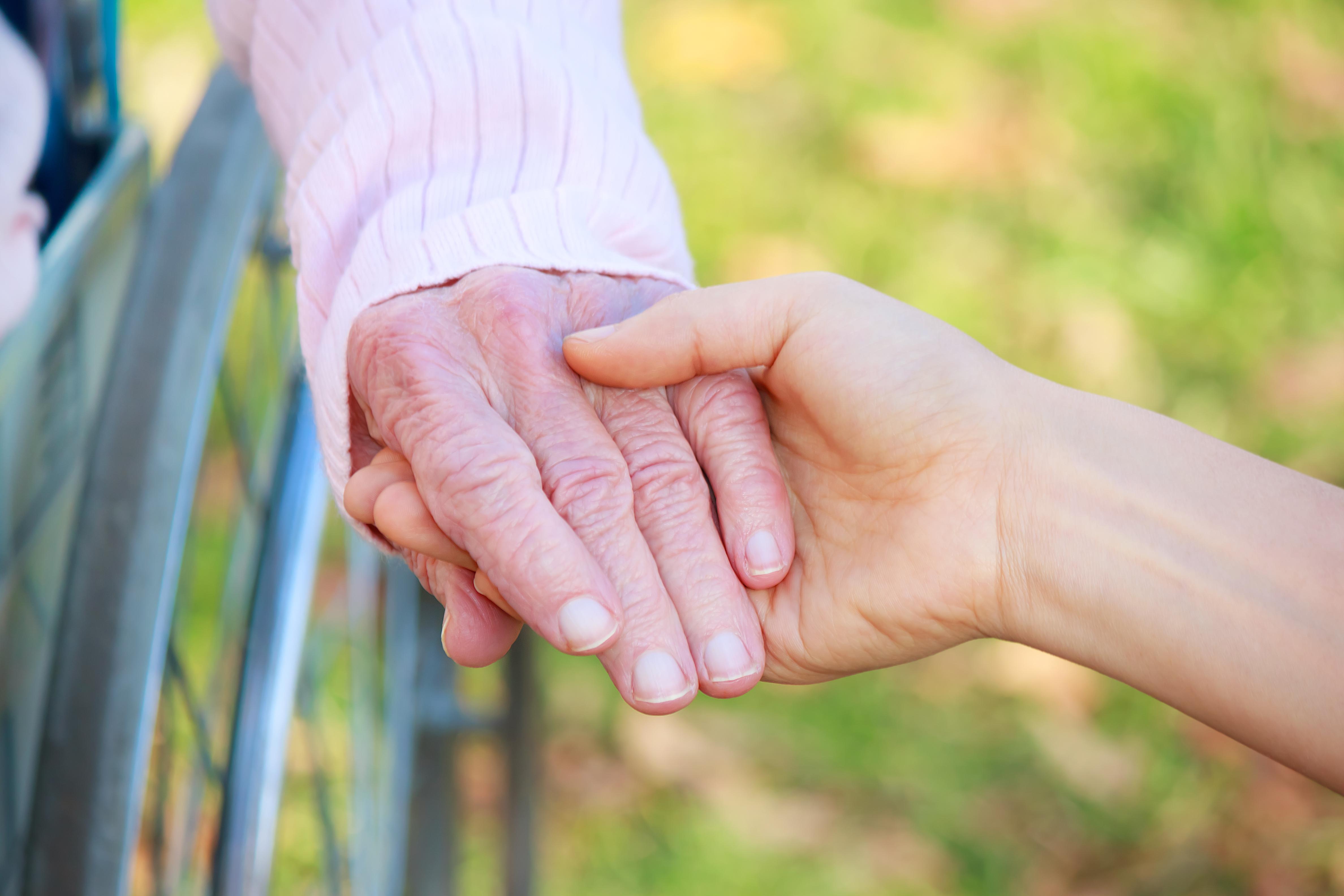 Den vanligaste formen i Sverige, klassisk amyotrofisklateralskleros (ALS) leder till att man får muskelkramper, små muskelryckningar och ökad muskelstelhet.